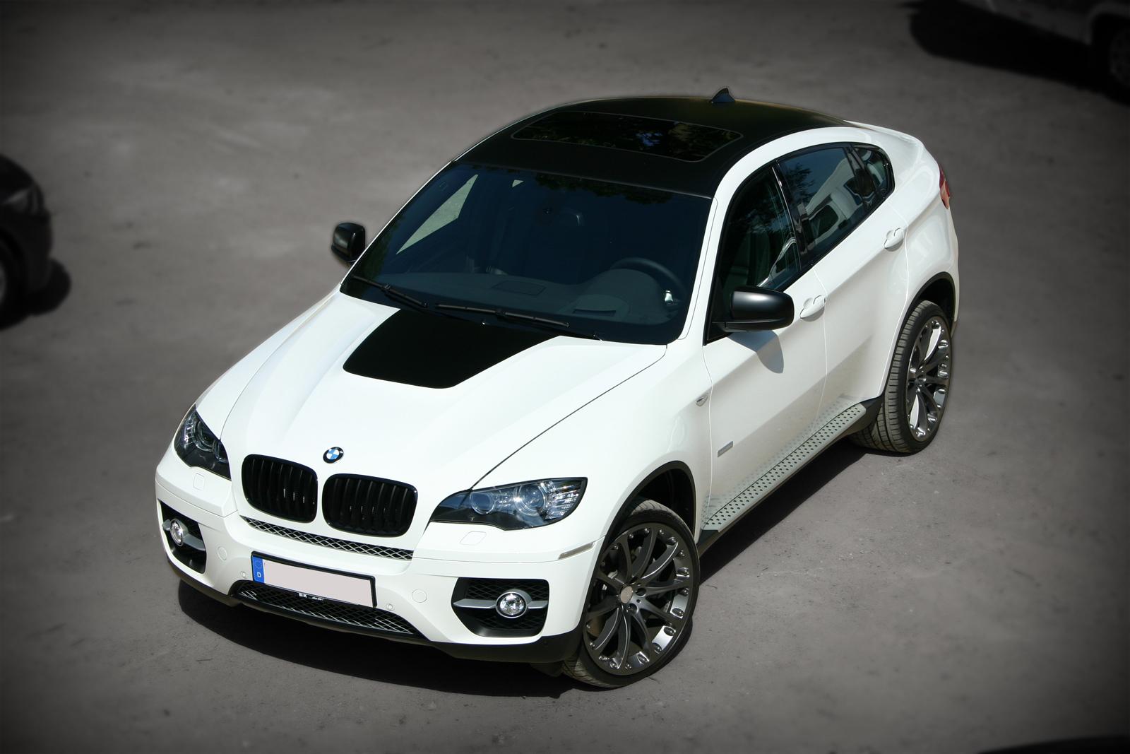 weißer BMW X6 mit schwarz matter Teilfolierung auf Dach und Lufthutze