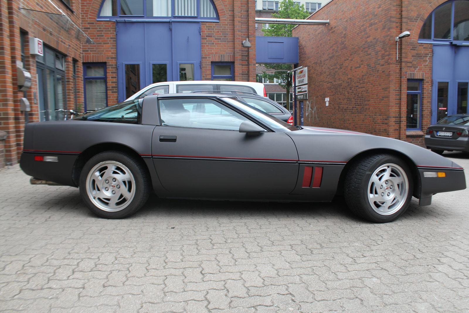 Ansicht von der Seite der Corvette C4 in schwarz braun matt metallic.
