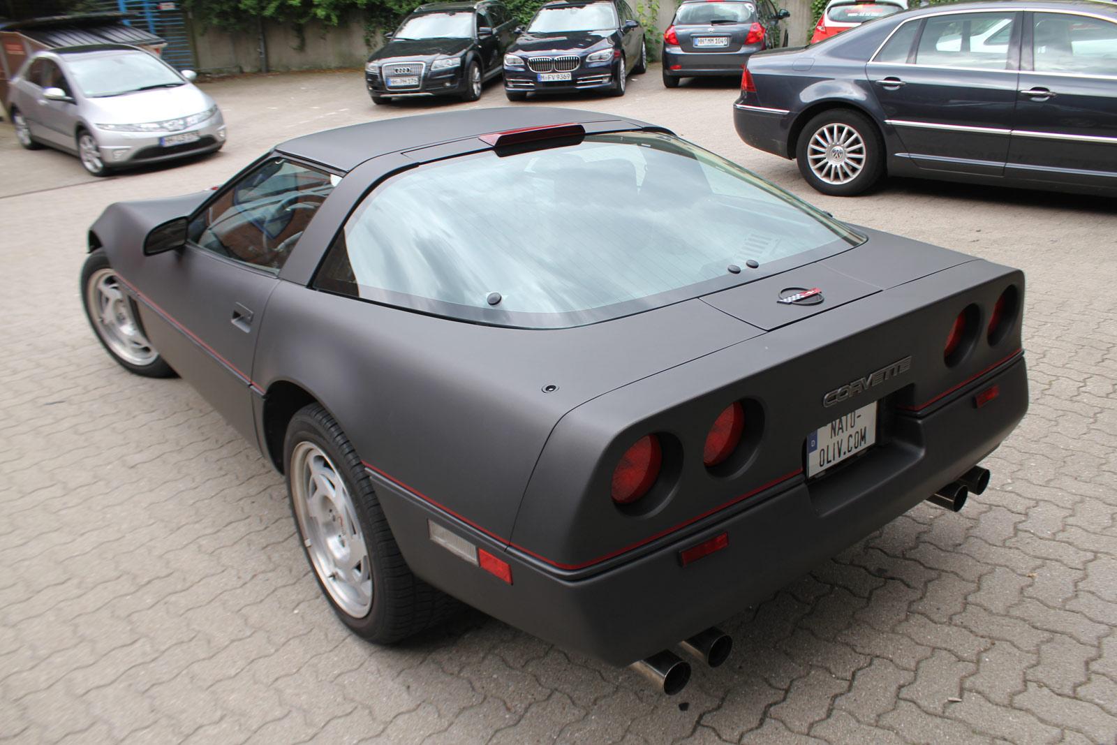 Heckansicht der Corvette C4 die mit schwarz braun matt metallic Folie beklebt wurde.