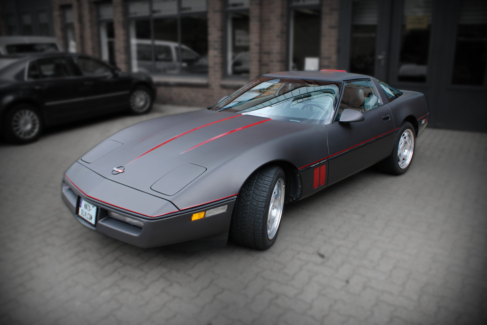 Corvette C4 komplett in schwarz braun matt metallic foliert und zusätzlichen roten Akzenten.