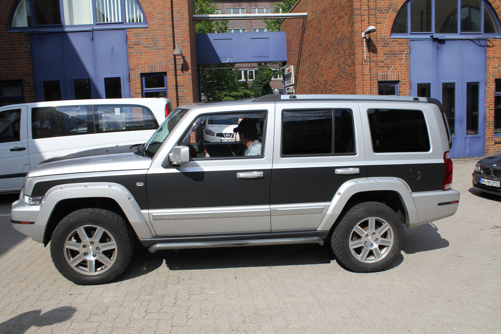 Seitenansicht der Teilfolierung am Jeep Commander in Midnight Black metallic matt.