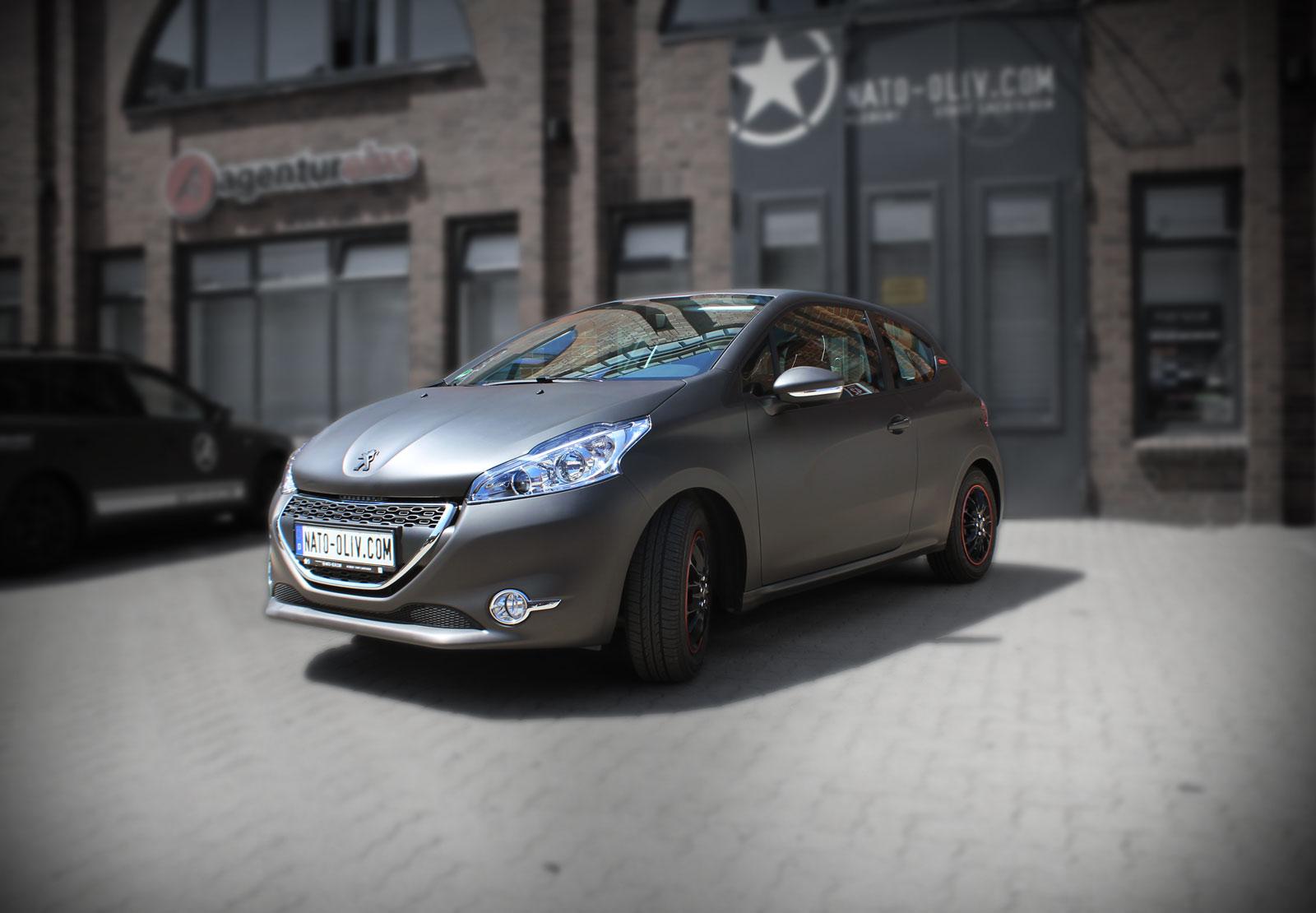 Dieser Peugeot 208 wirde mit schwarz braun matt metallic Folie komplett beklebt.