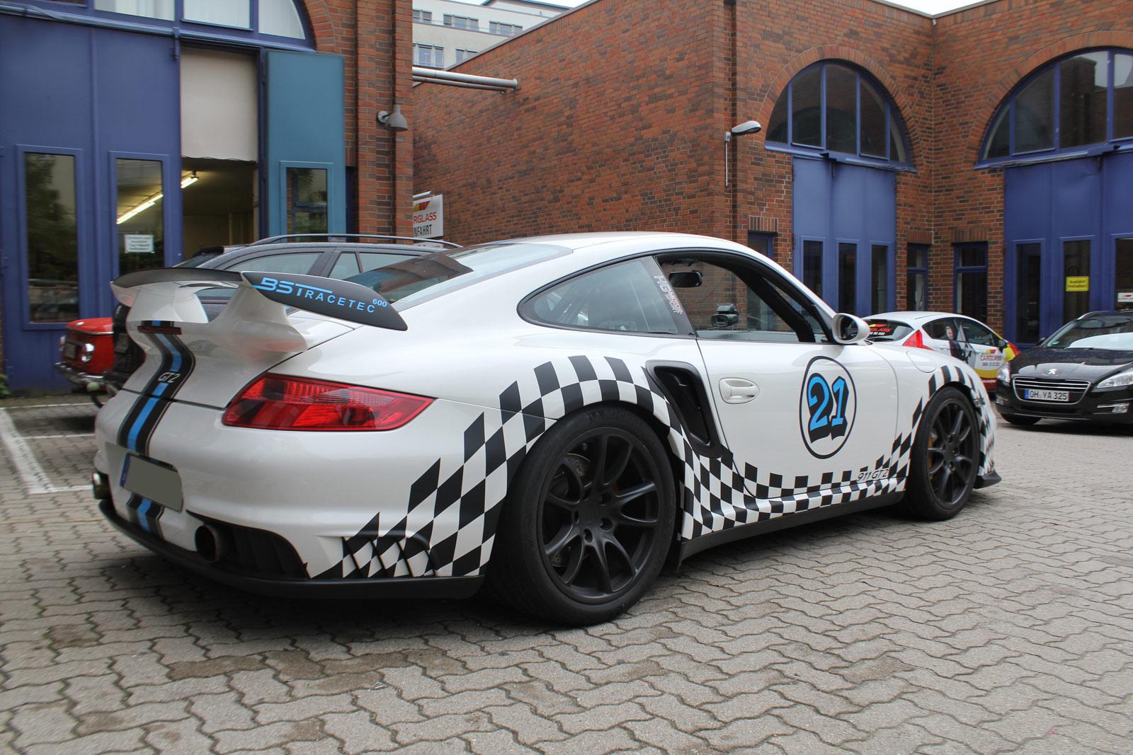 Porsche GT2 Rallye Design Folierung mit Flaggenmuster.