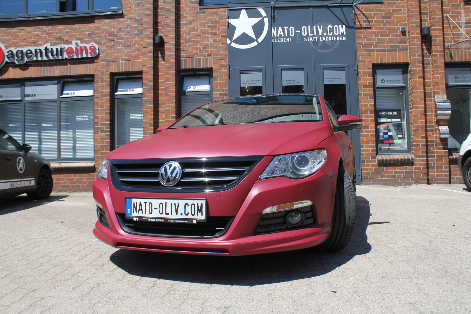 Frontansicht VW Passat CC in cherry red metallic matt komplett beklebt.