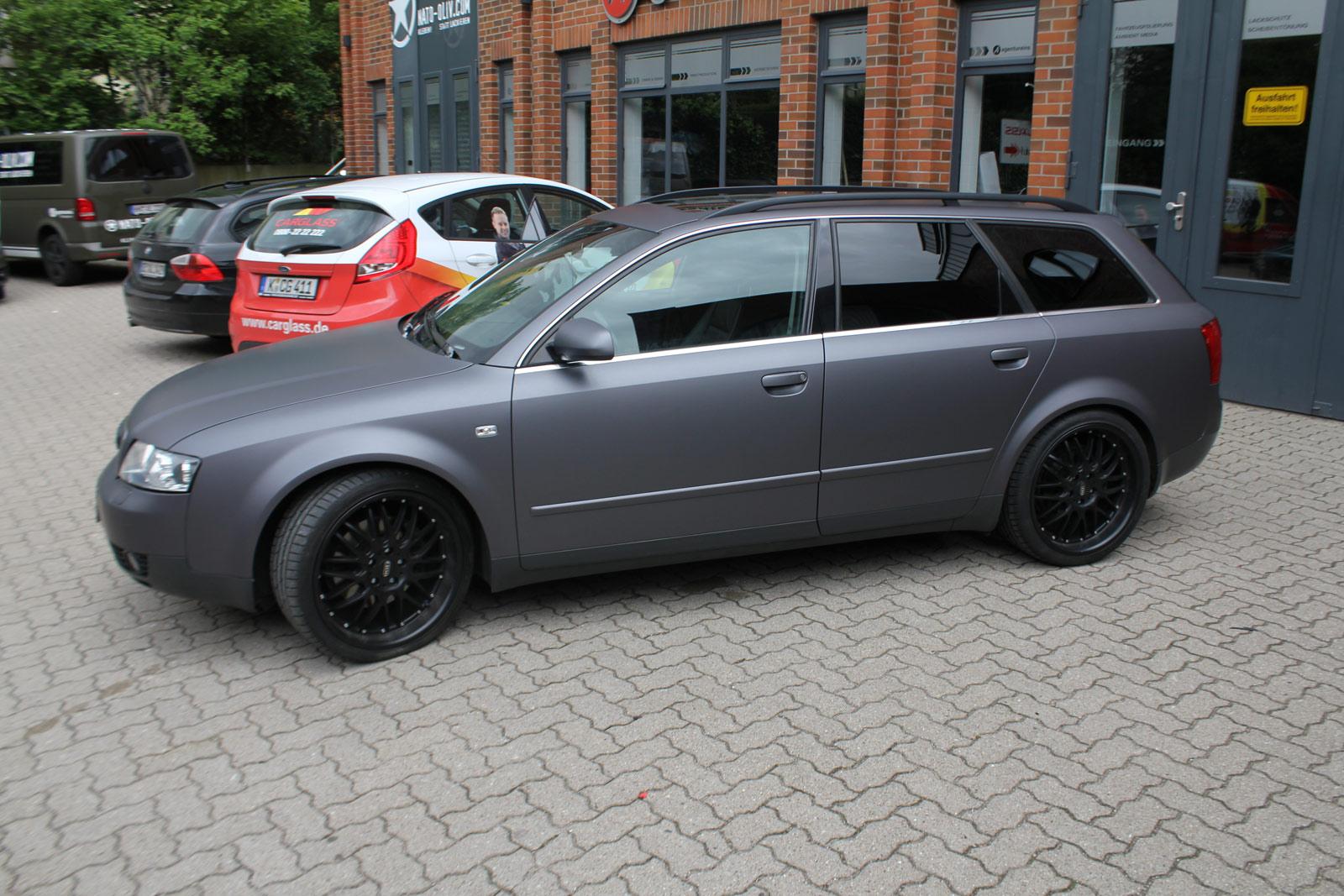 Audi A4 Avant Folierung in anthrazit matt metallic sowie dunkler Scheibentönung.