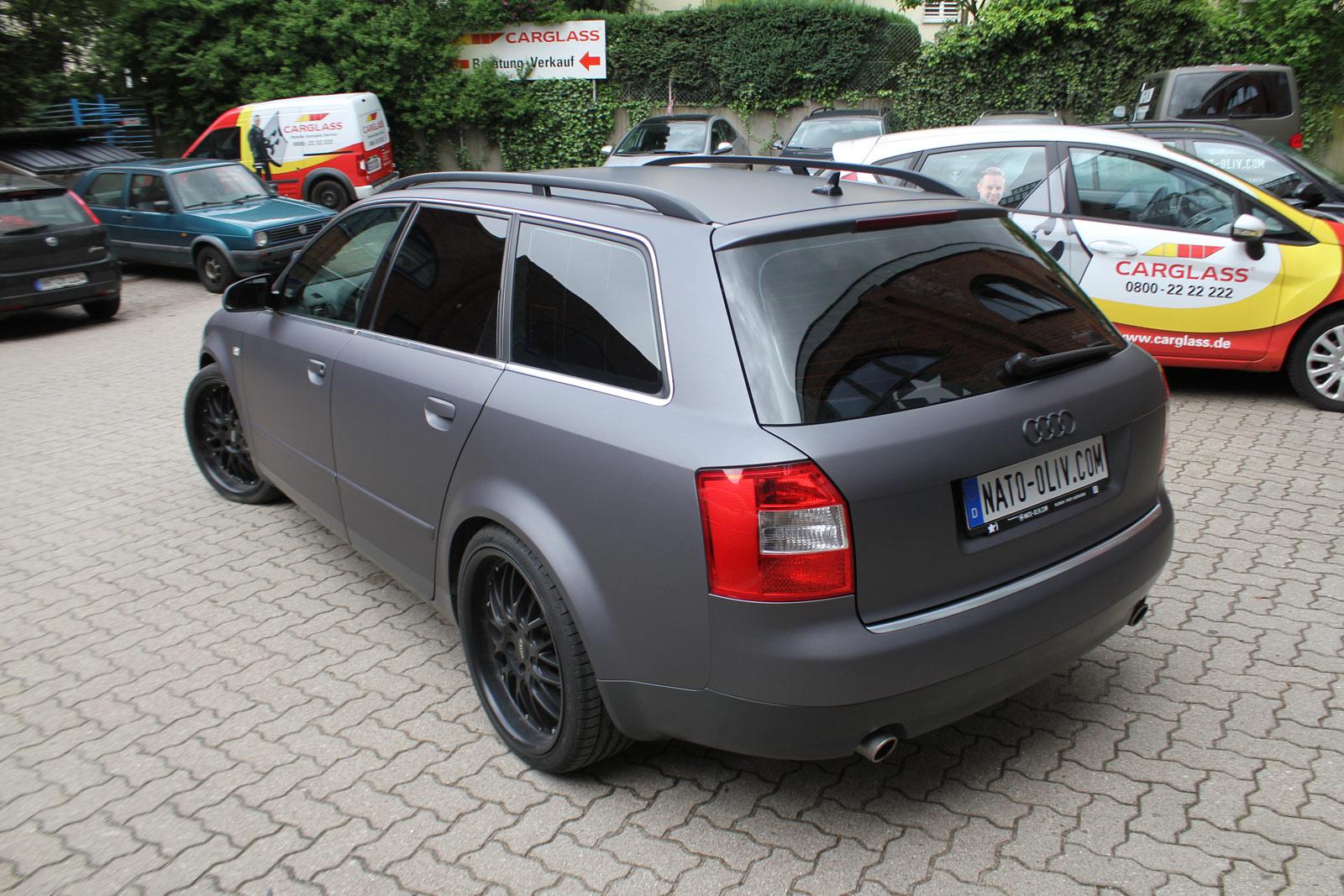Heckansicht des Audi A4 Avant in anthrazit matt metallic mit zusätzlicher Scheibentönung.