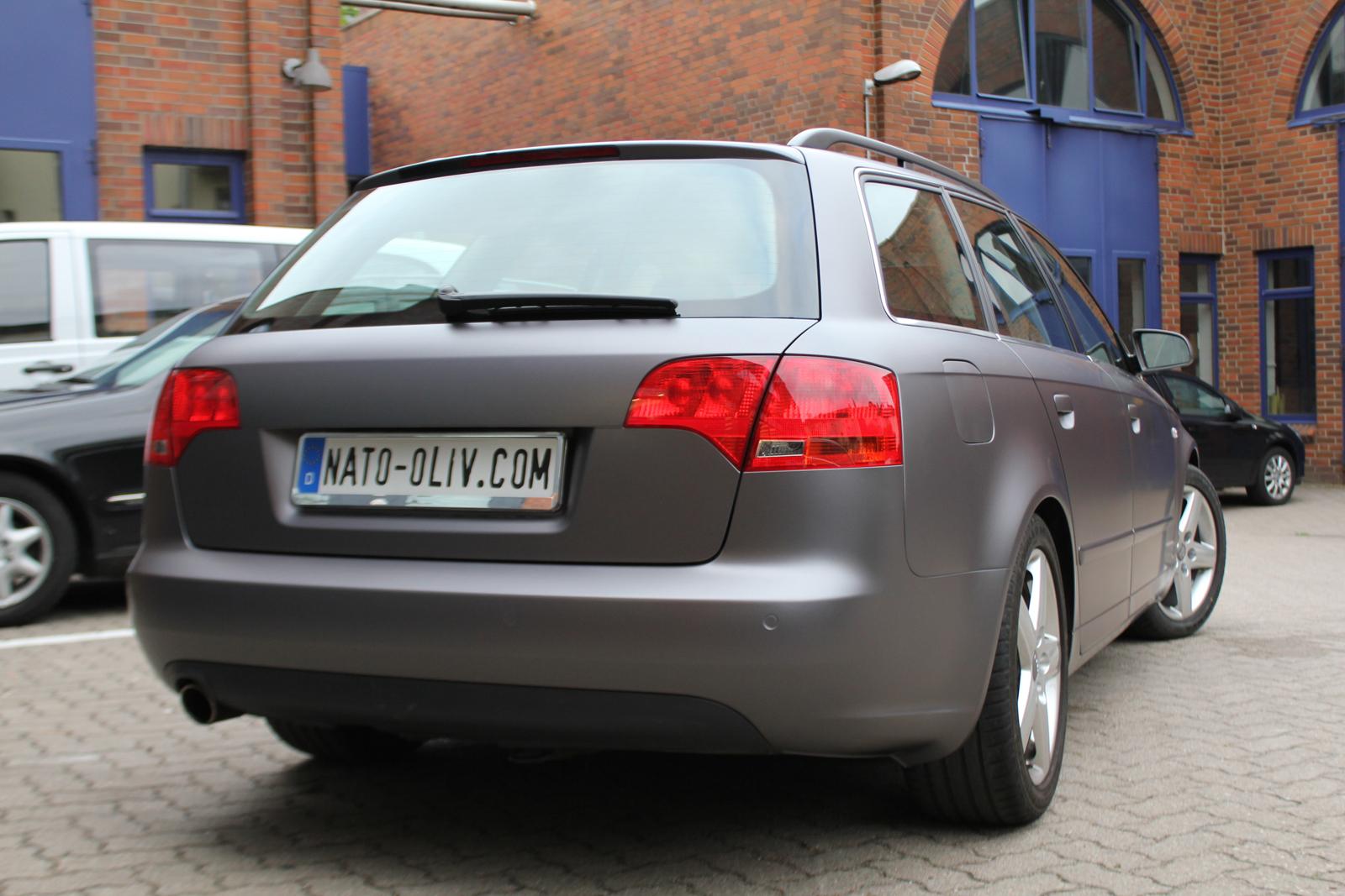 Heckansicht eines Audi A4 in anthrazit matt mellic Folie und schwarz glänzenden Rallye-Streifen