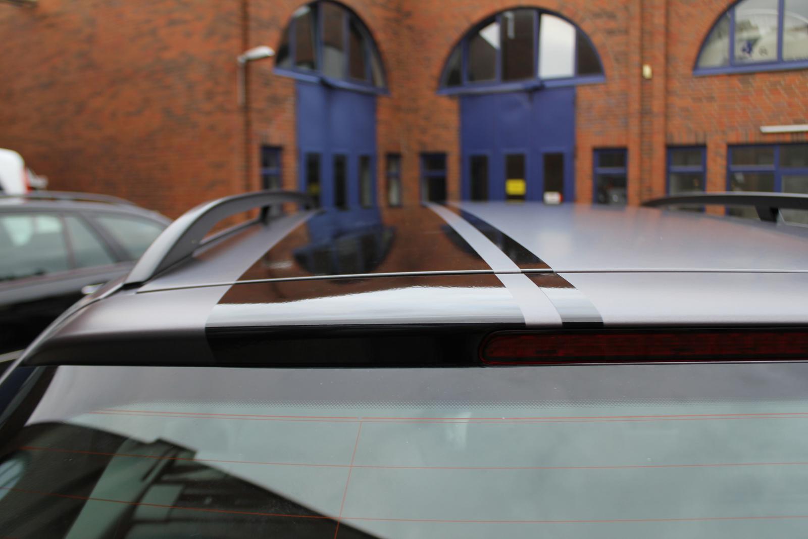 Dachansicht eines Audi A4 in anthrazit matt mellic Folie und schwarz glänzenden Rallye-Streifen