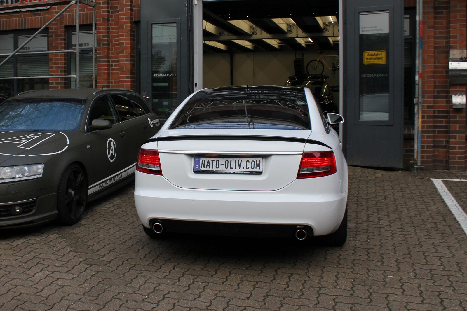 Heckansicht des mit Folie beklebten Audi A6 in glaenzendem weiss