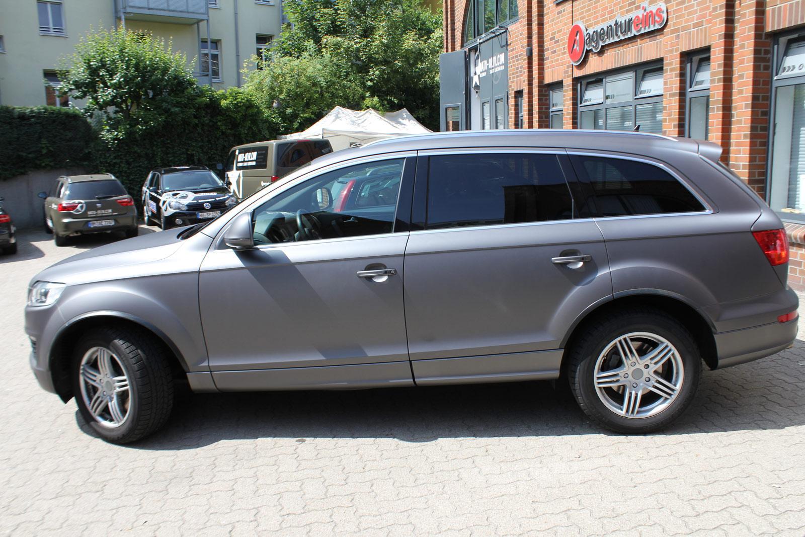 Seitenansicht des Audi Q7 in anthrazit matt metallic.