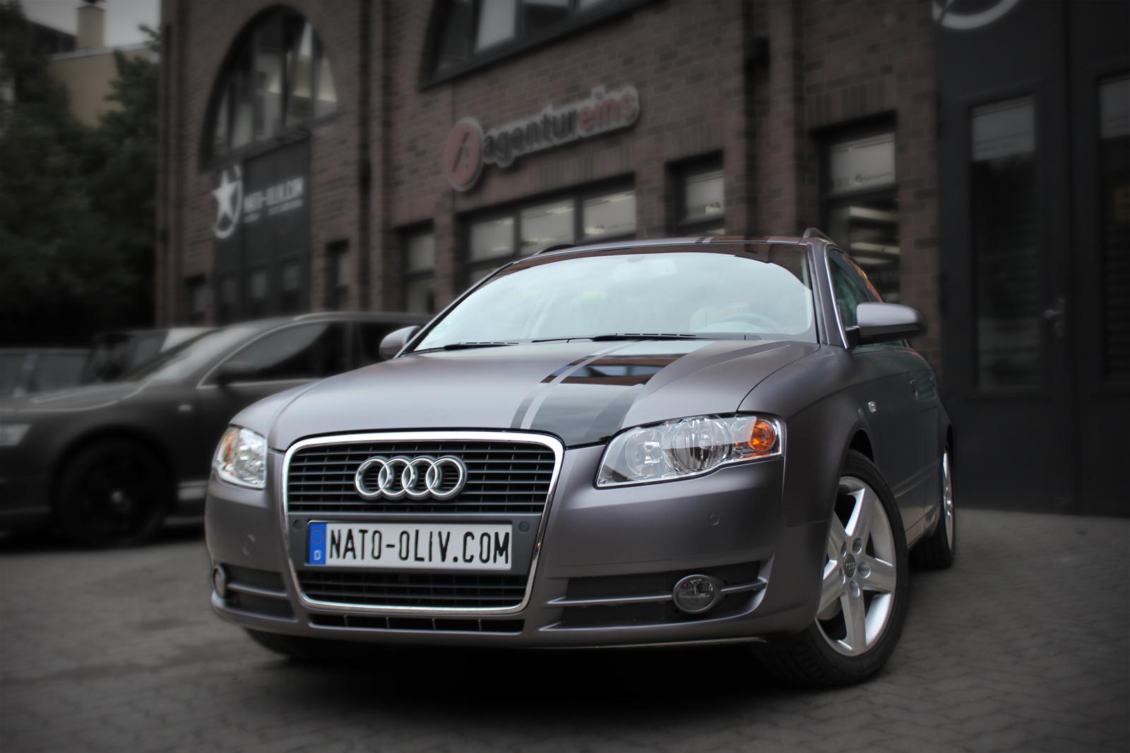 Frontansicht eines Audi A4 in anthrazit matt mellic Folie und schwarz glänzenden Rallye-Streifen