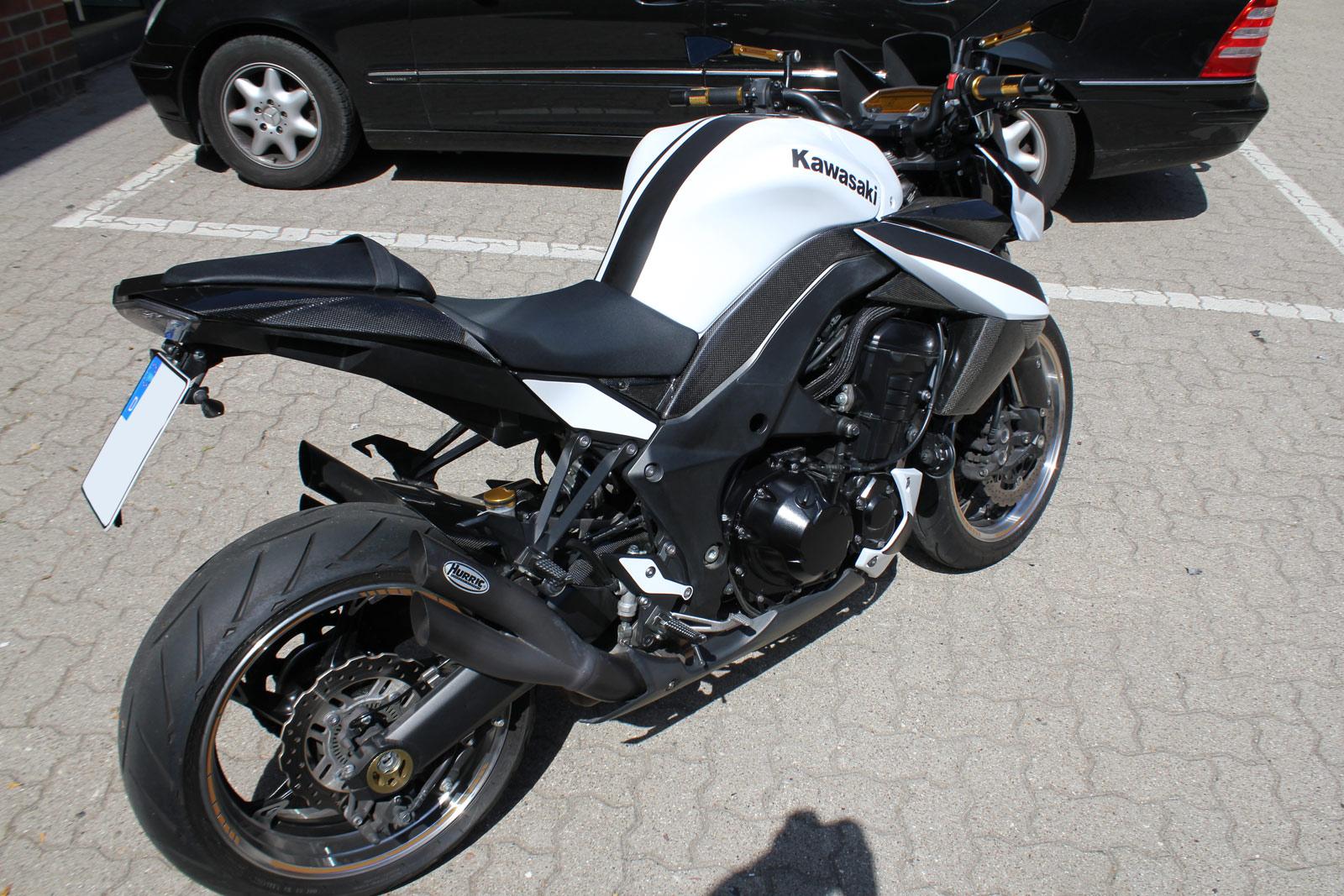 Heckansicht des teilweise folierten Kawasaki Motorrads.