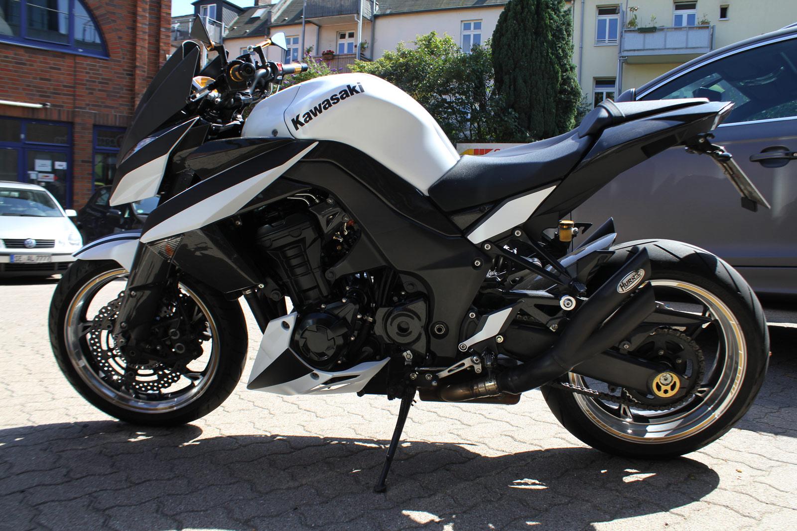 Teile des Kawasaki Motorrads wurden mit schwarzer Folie beklebt.