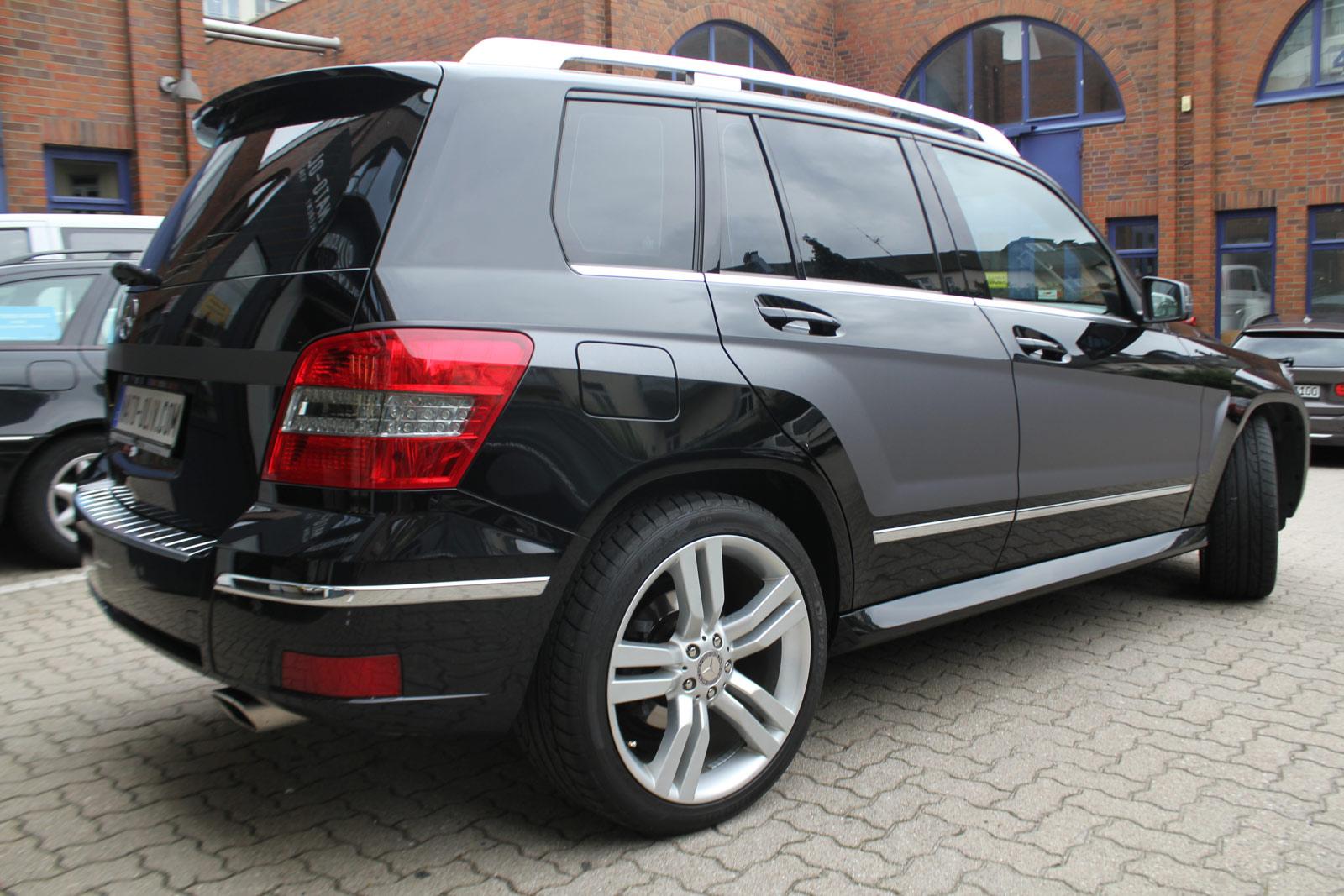 Seitenansicht des Mercedes GLK mit einer anthrazit matt metallic Teilfolierung.