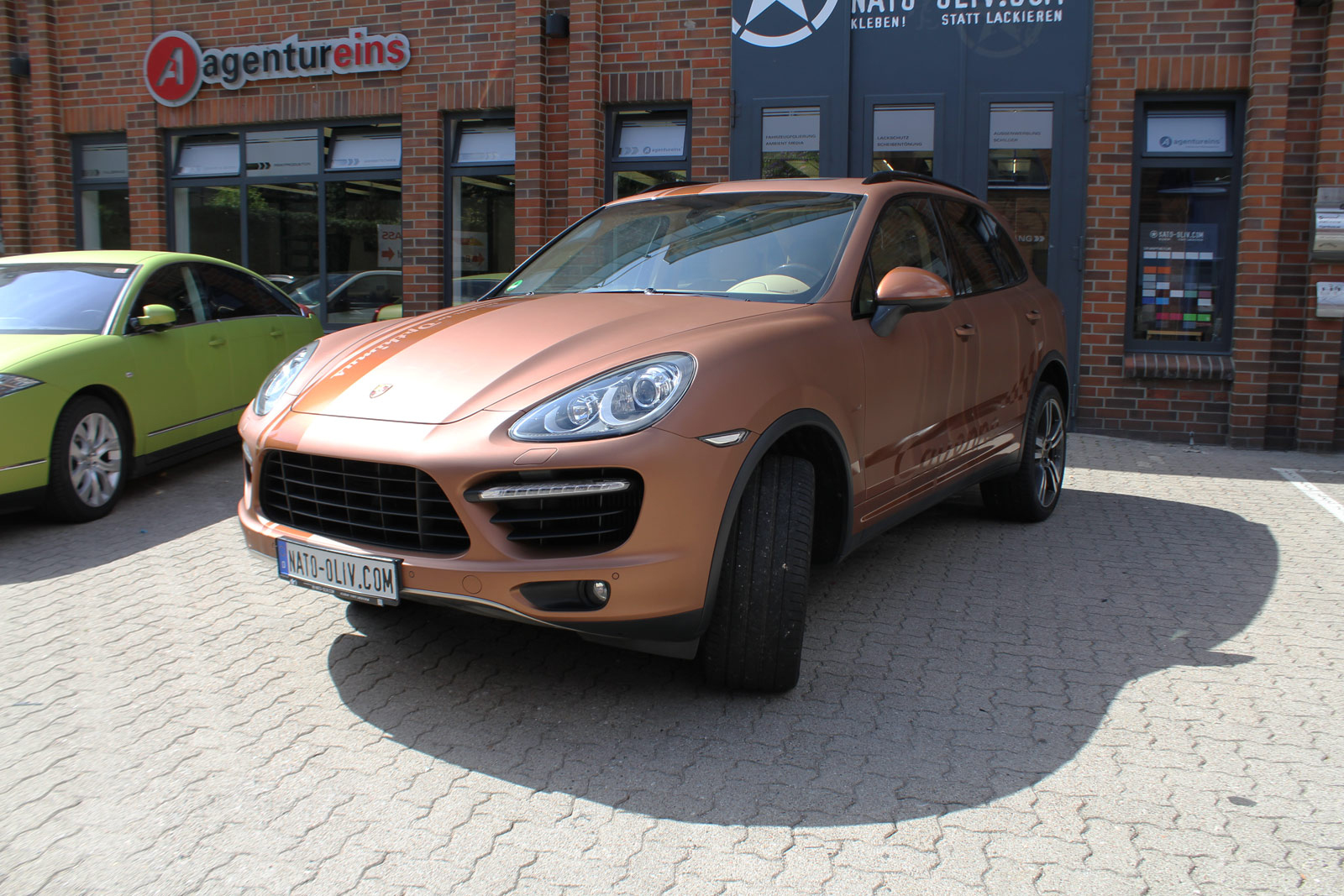 Porsche Cayenne Folierung in bronze matt metallic sowie Rallyestreifen in bronze Glanz.