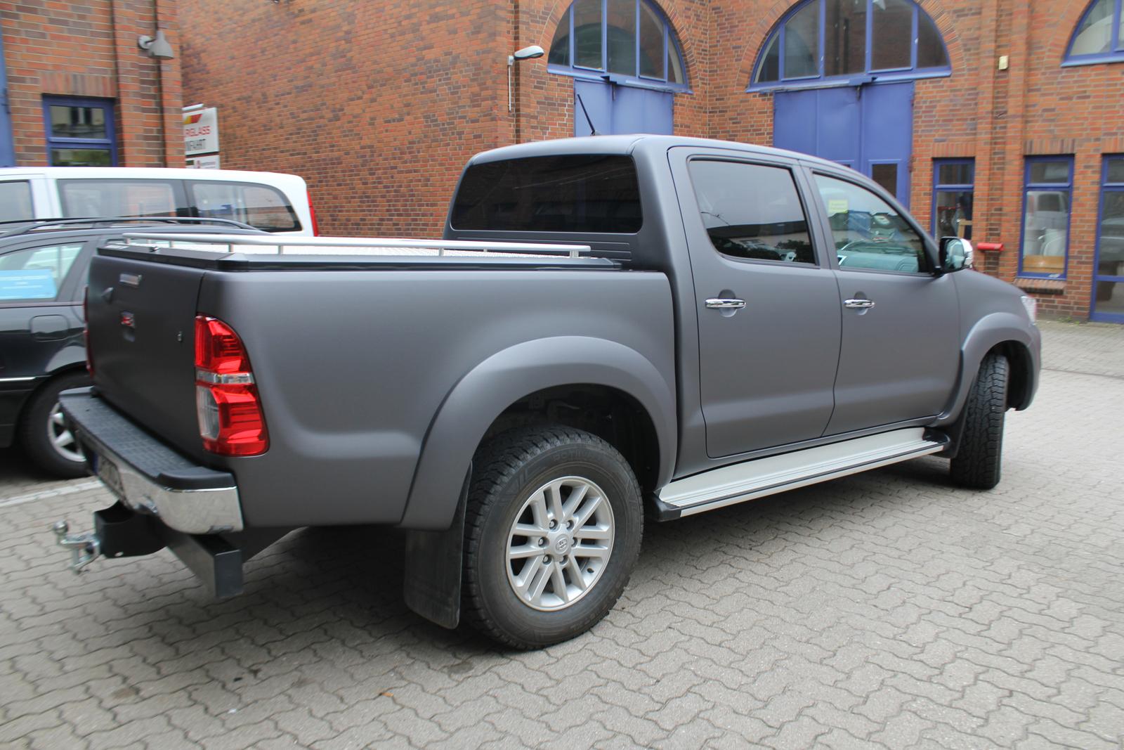 Toyota Hilux schräge Seitenaufnahme mit Folie in anthrazit metallic matt beklebt