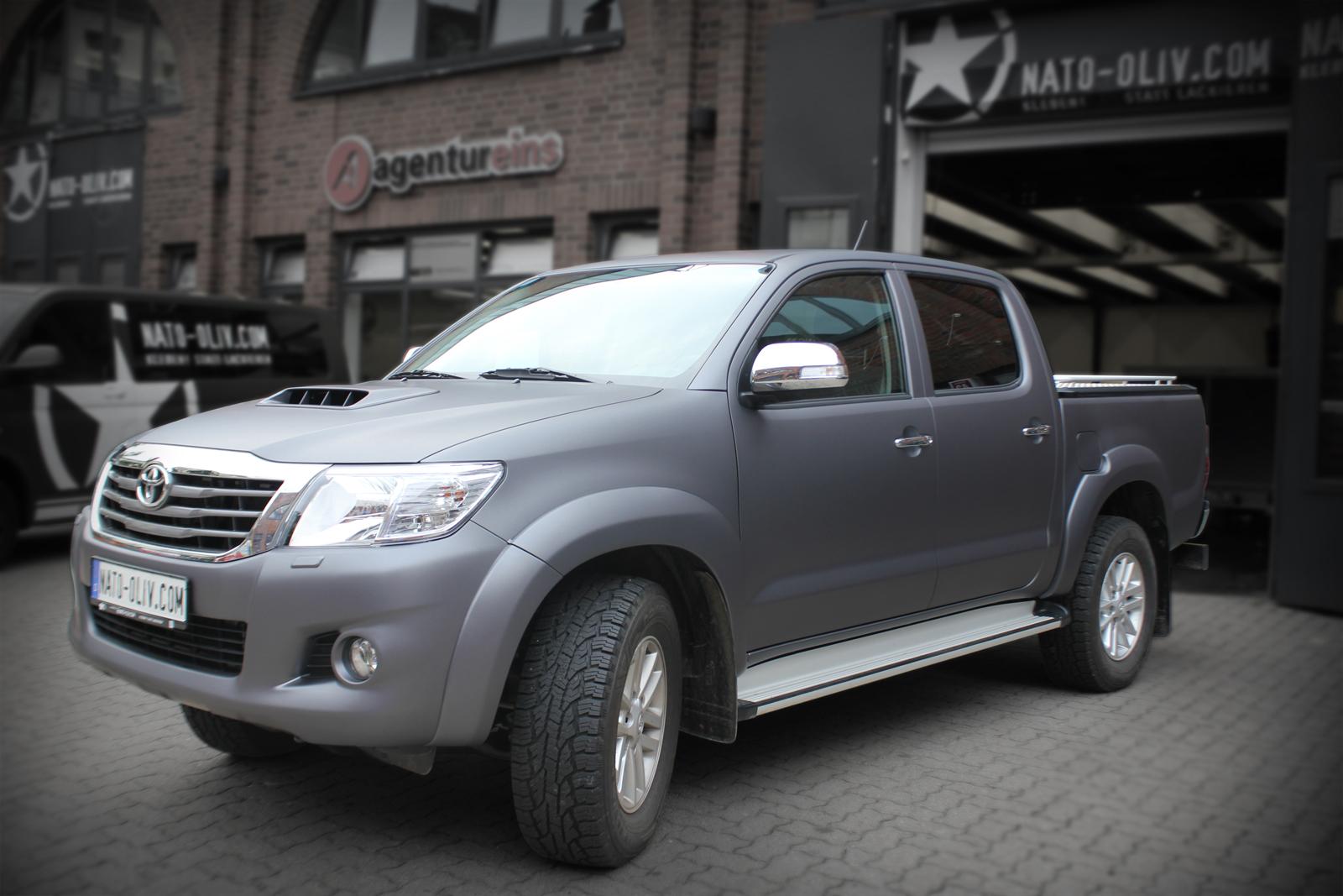 Toyota Hilux mit anthrazit matt metallischer Folie beklebt schräge Frontalaufnahme