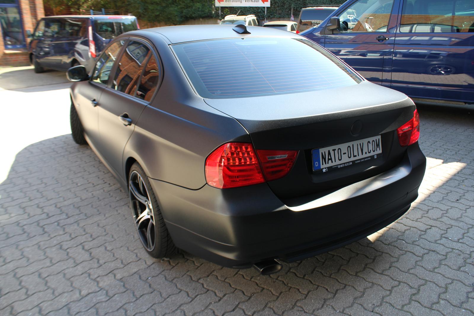 schraege Heckansicht Folie in Midnight-Black metallic matt verklebt auf einem 3er BMW