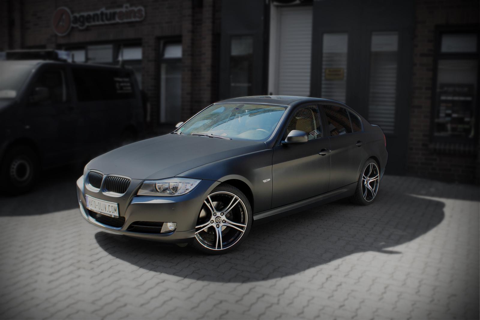 schraege Frontansicht Folie in Midnight-Black metallic matt verklebt auf einem 3er BMW