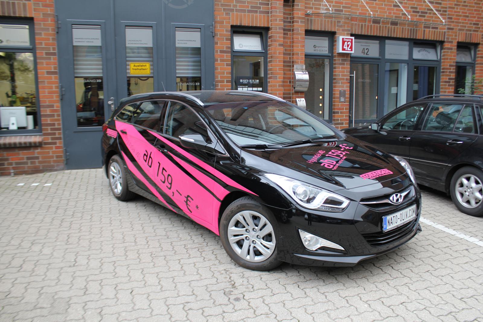 schraege Seitenansicht des mit Samt-Pink-Folie beschrifteten Hyundai i40