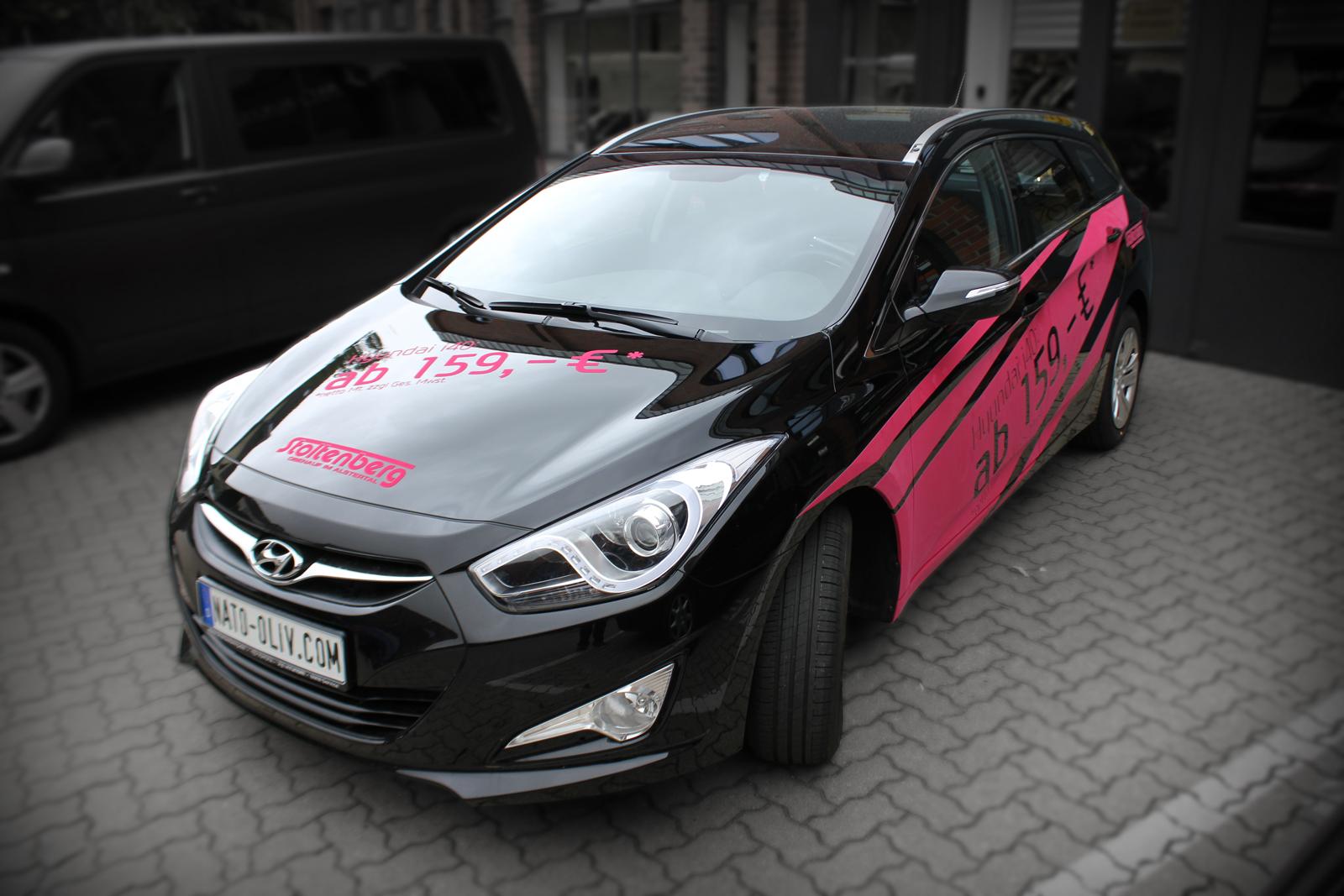 schraege Frontalansicht des mit Samt-Pink-Folie beschrifteten Hyundai i40