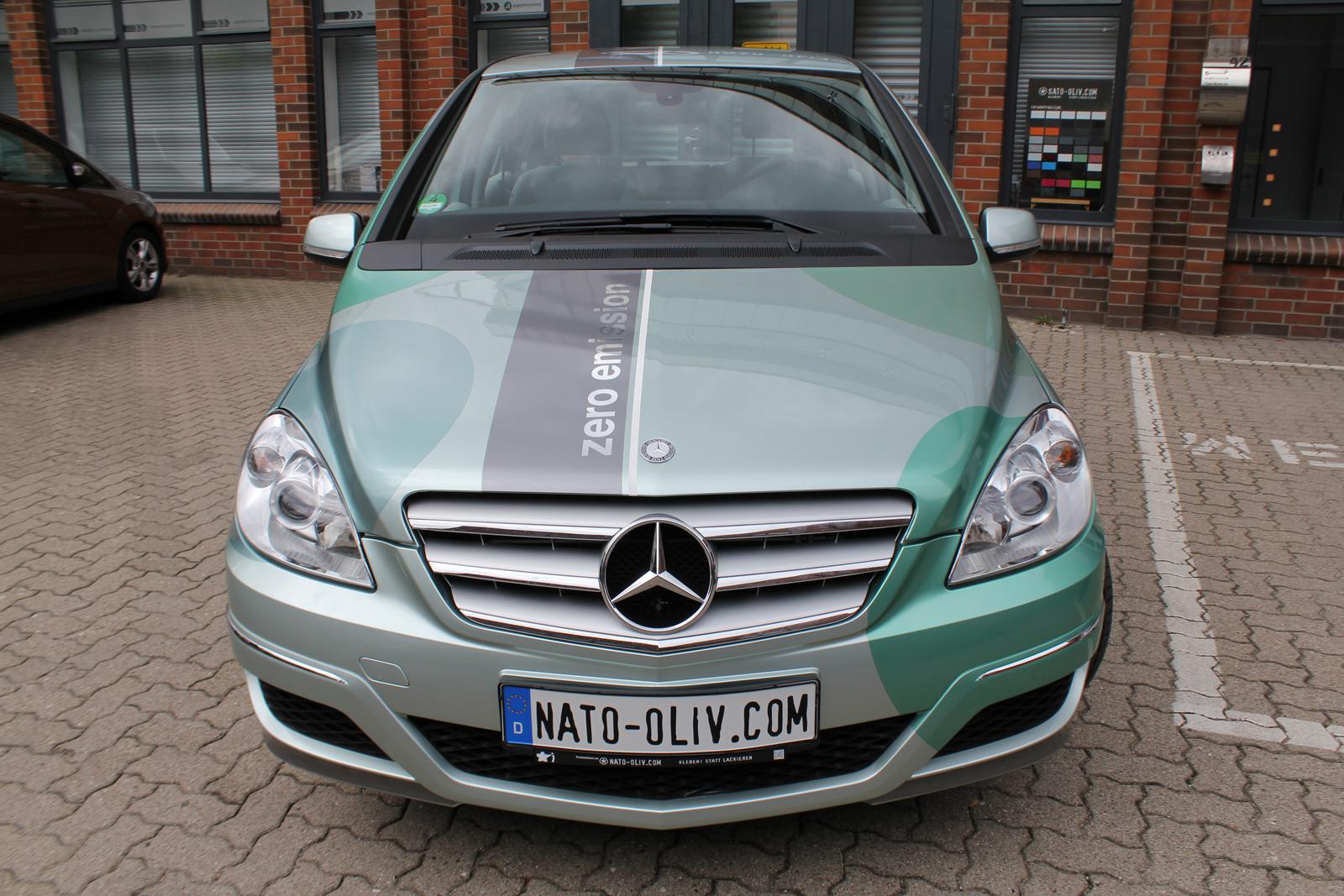 Frontalansicht der Mercedes F-Cell B-Klasse mit Folierung in Mintgruen-metallic und Pink-metallic