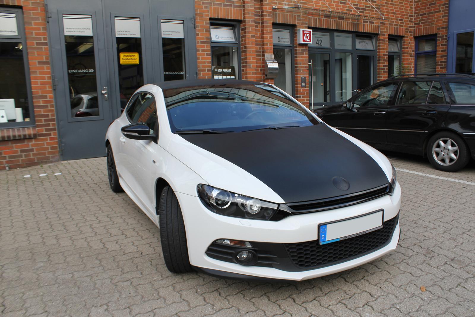 schraege Frontalansicht des VW Scirocco mit Carbon-Teilfolierung auf Dach und Haube