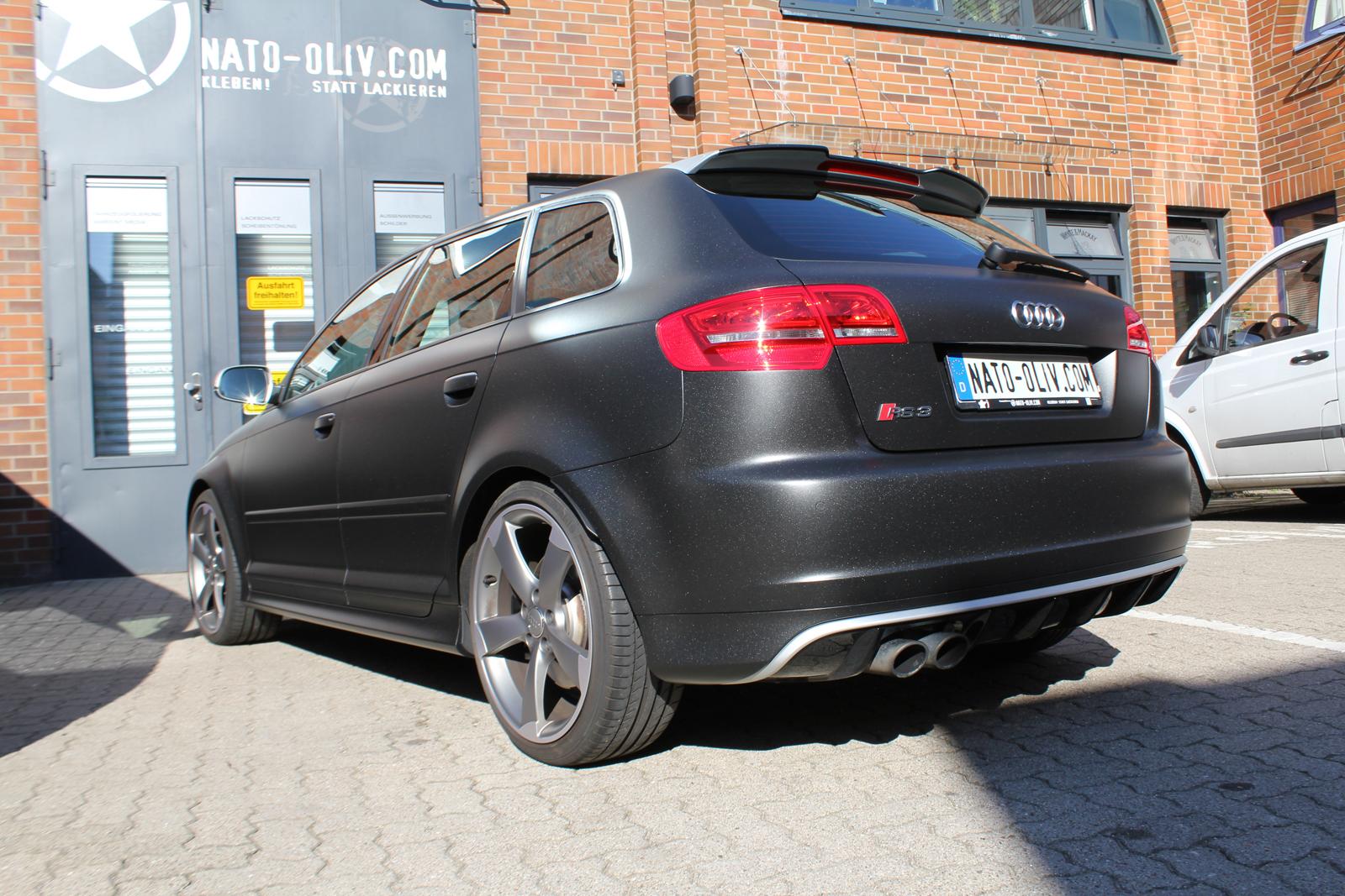 schraege Heckalansicht des Audi RS3 mit Folie in Midnightblack metallic matt beklebt