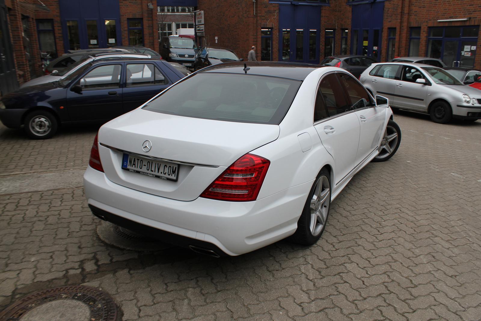 schraege Heckansicht der in weiss glanz folierten Mercedes S-Klasse