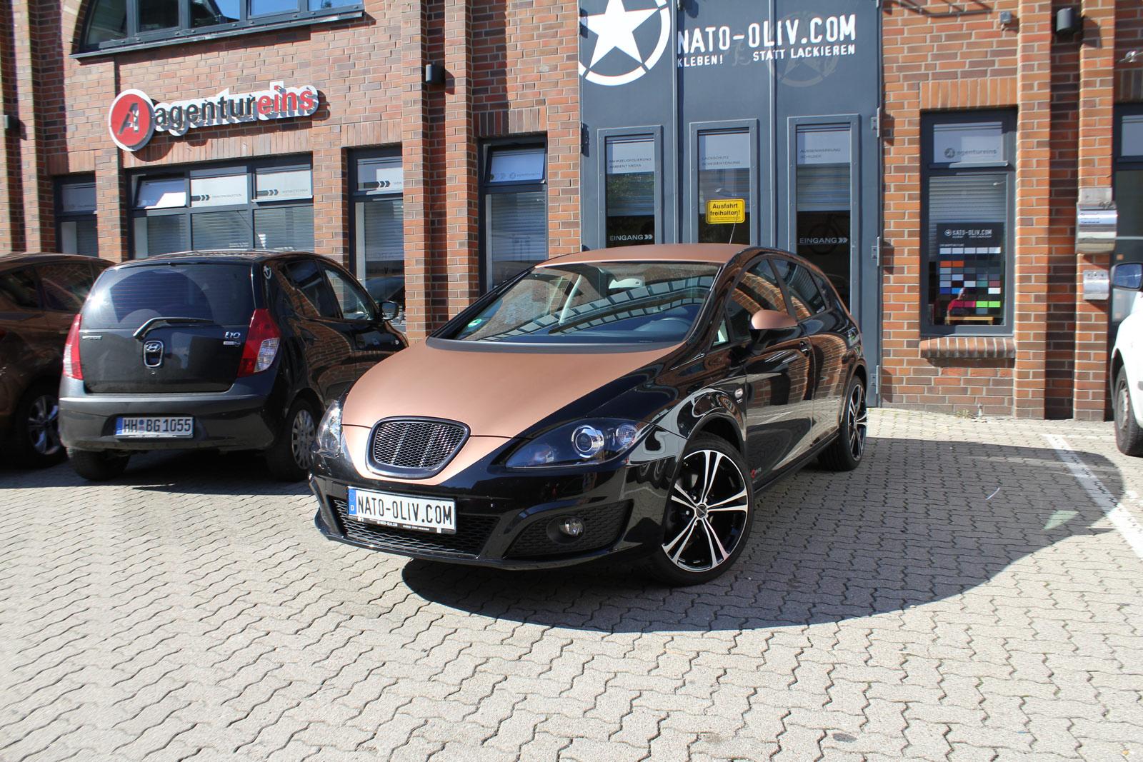 Seat Leon mit bronze matt metallic Folierung auf Haube und Dach.