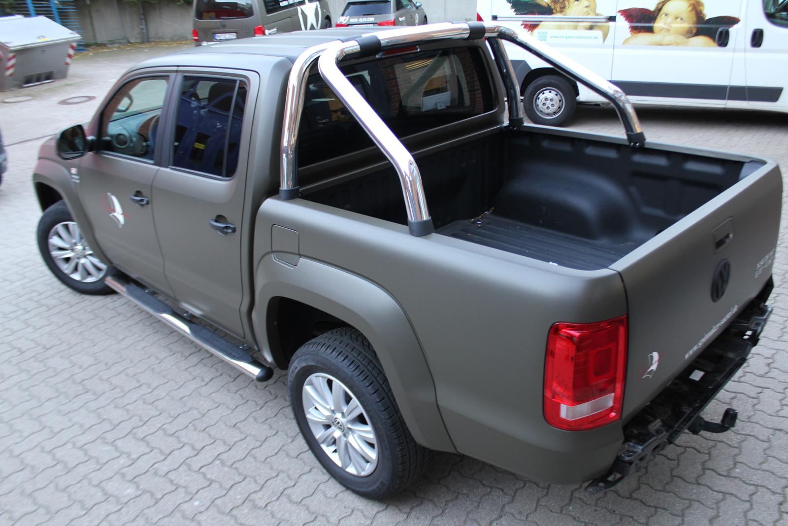 schraege Heckalansicht des VW Amarok foliert in Nato-Oliv matt