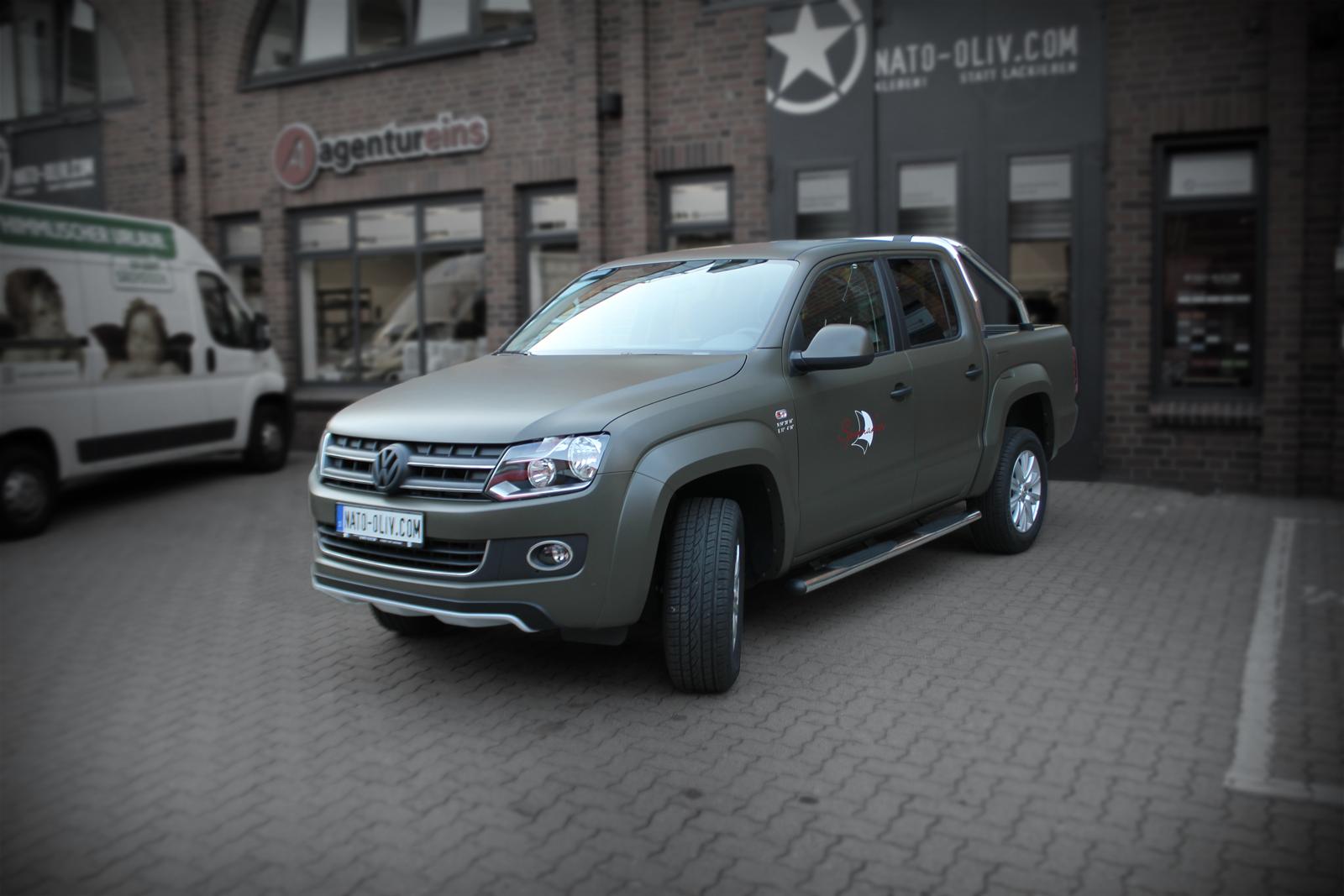 schraege Frontalansicht des VW Amarok foliert in Nato-Oliv matt