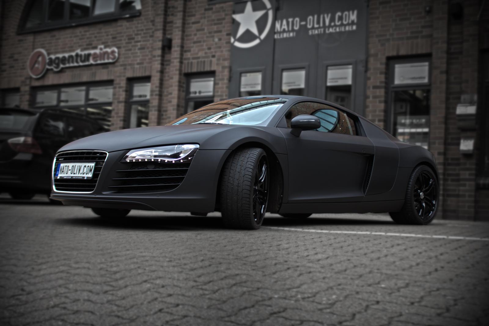 Dieser Audi R8 wurde komplett schwarz matt foliert und mit zusätzlichen carbon Extras versehen.