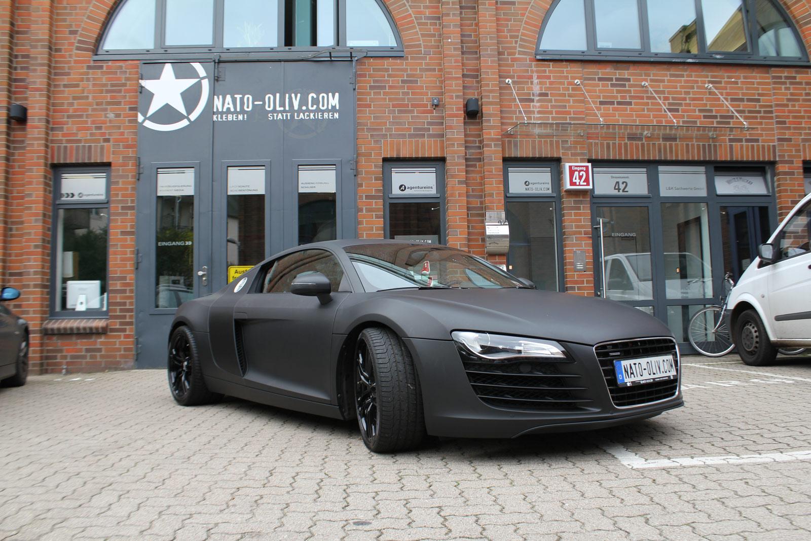 Audi R8 foliert in schwarz matt mit carbon Extras.