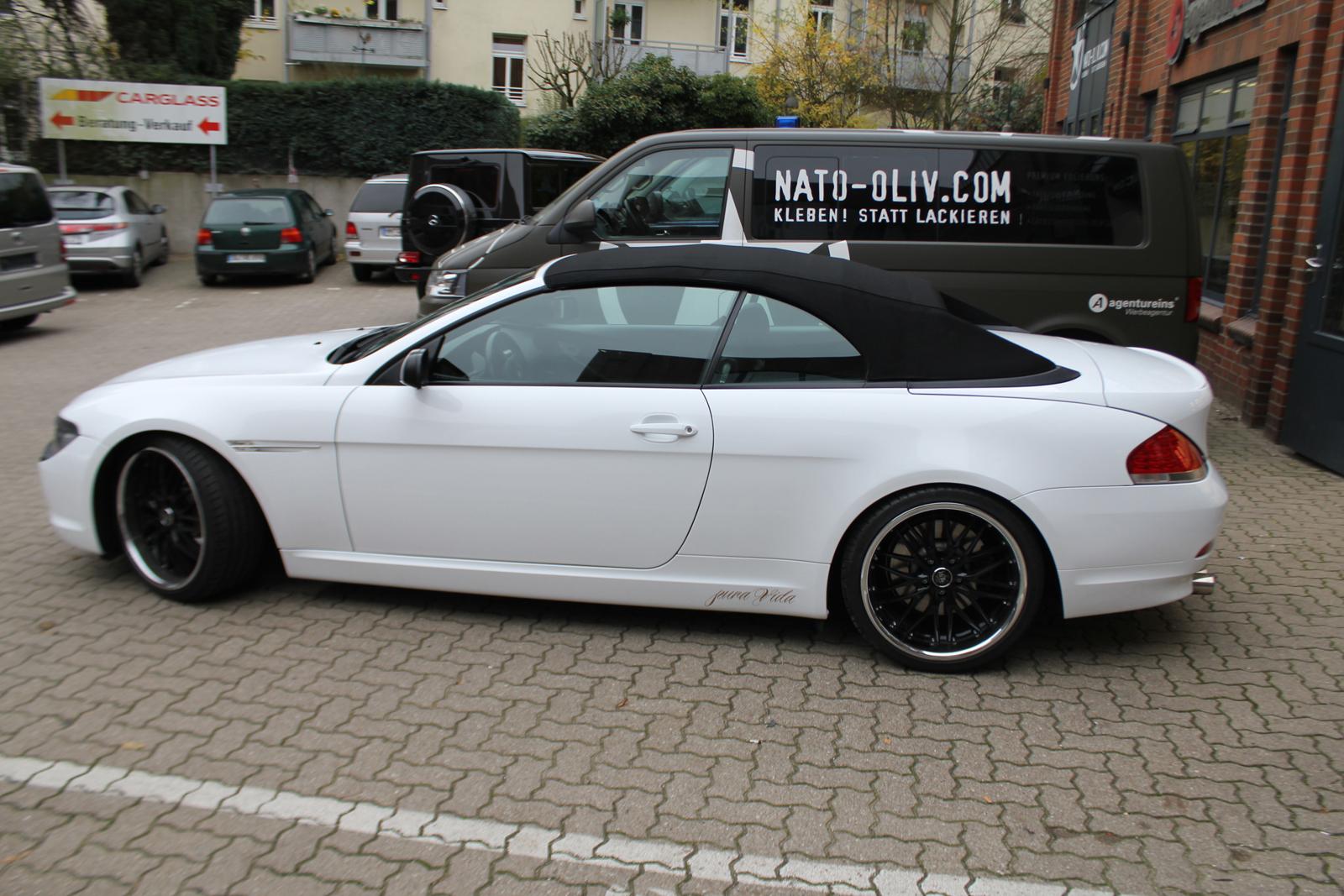 Seitenansicht des weiss folierten 6er BMW