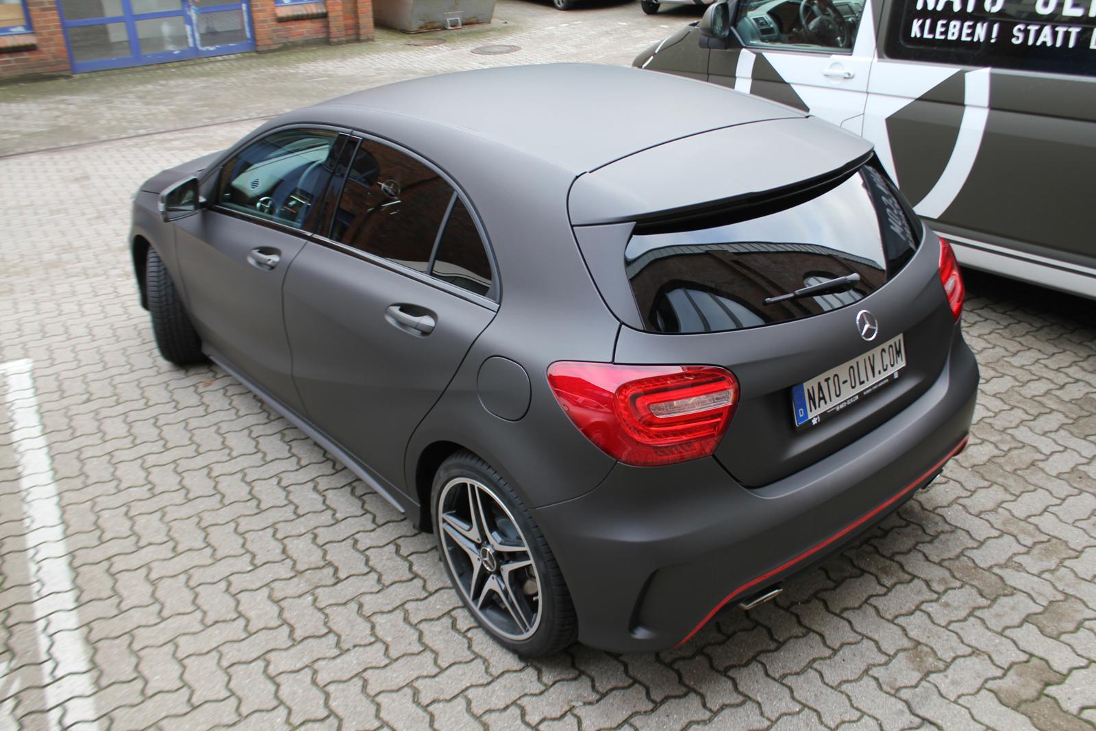 schraege Heckansicht des mit schwarzbraun matt metallischer Folie beklebten Mercedes A-Klasse