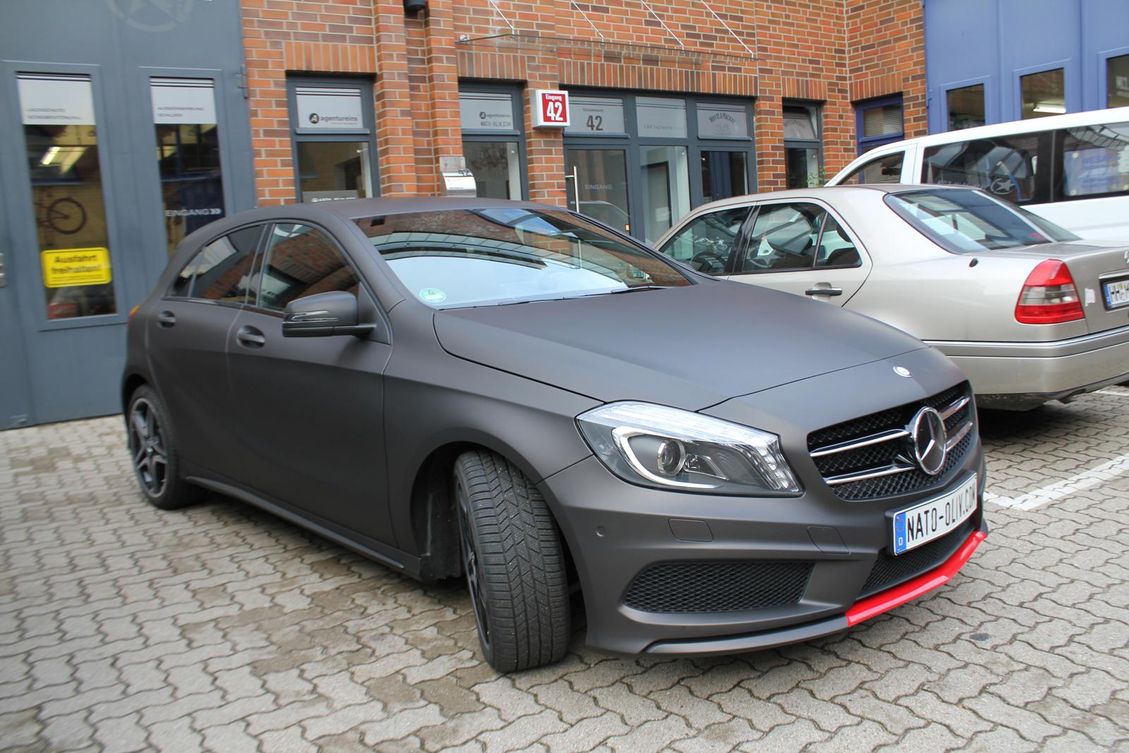 schraege Seitenansicht des mit schwarzbraun matt metallischer Folie beklebten Mercedes A-Klasse