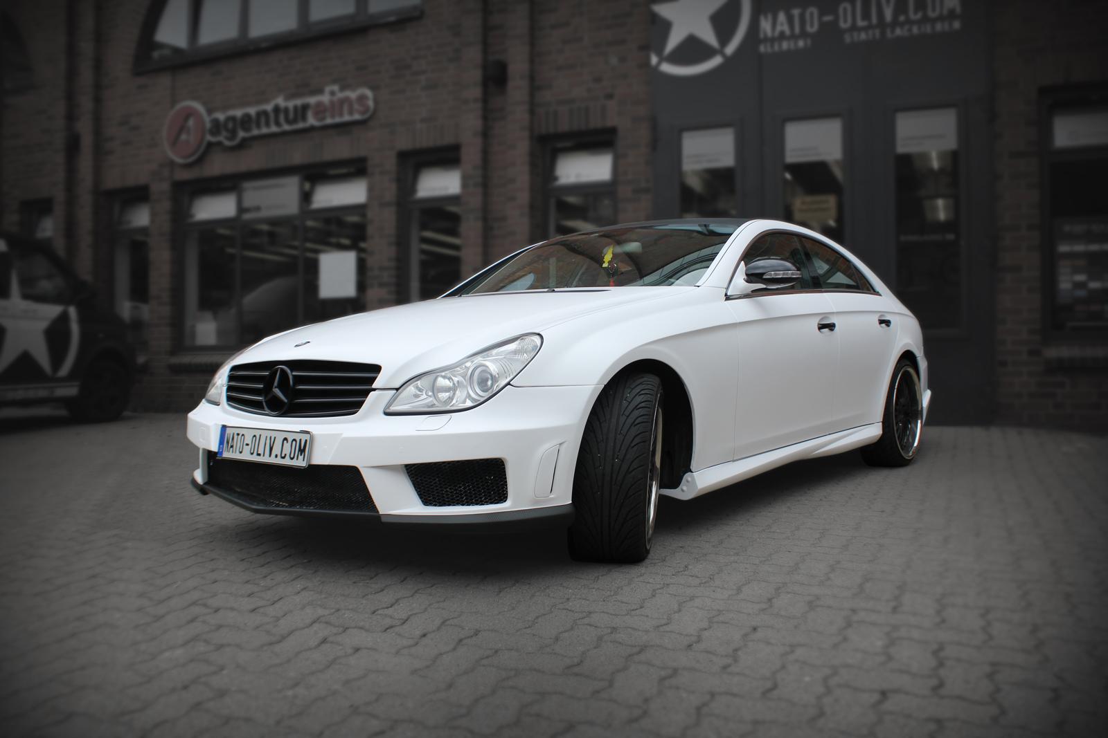 schraege Frontalansicht des mit weiss matter Folie beklebten Mercedes CLS