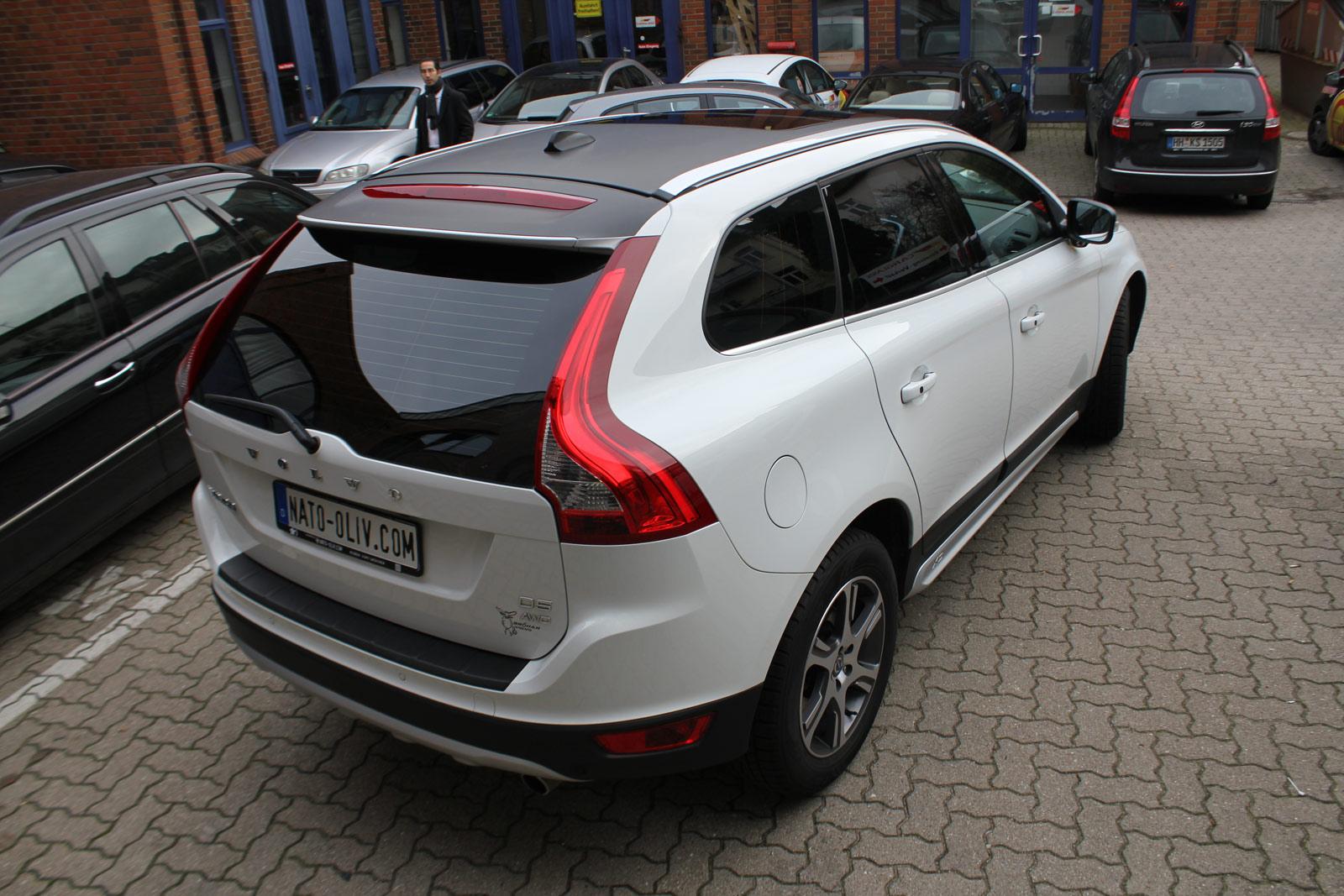 Heckansicht des teilfolierten Volvo XC60 in schwarz matt und weiss.