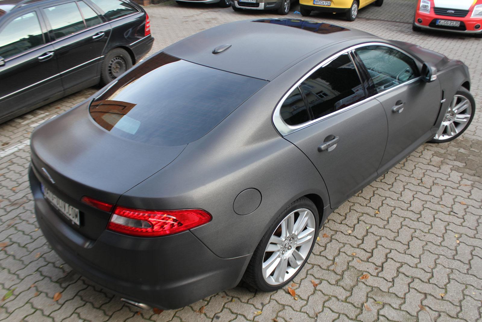 Heckansicht des Jaguar XF SV8 in schwarz gebürsteter Folie mit Scheibentönung.