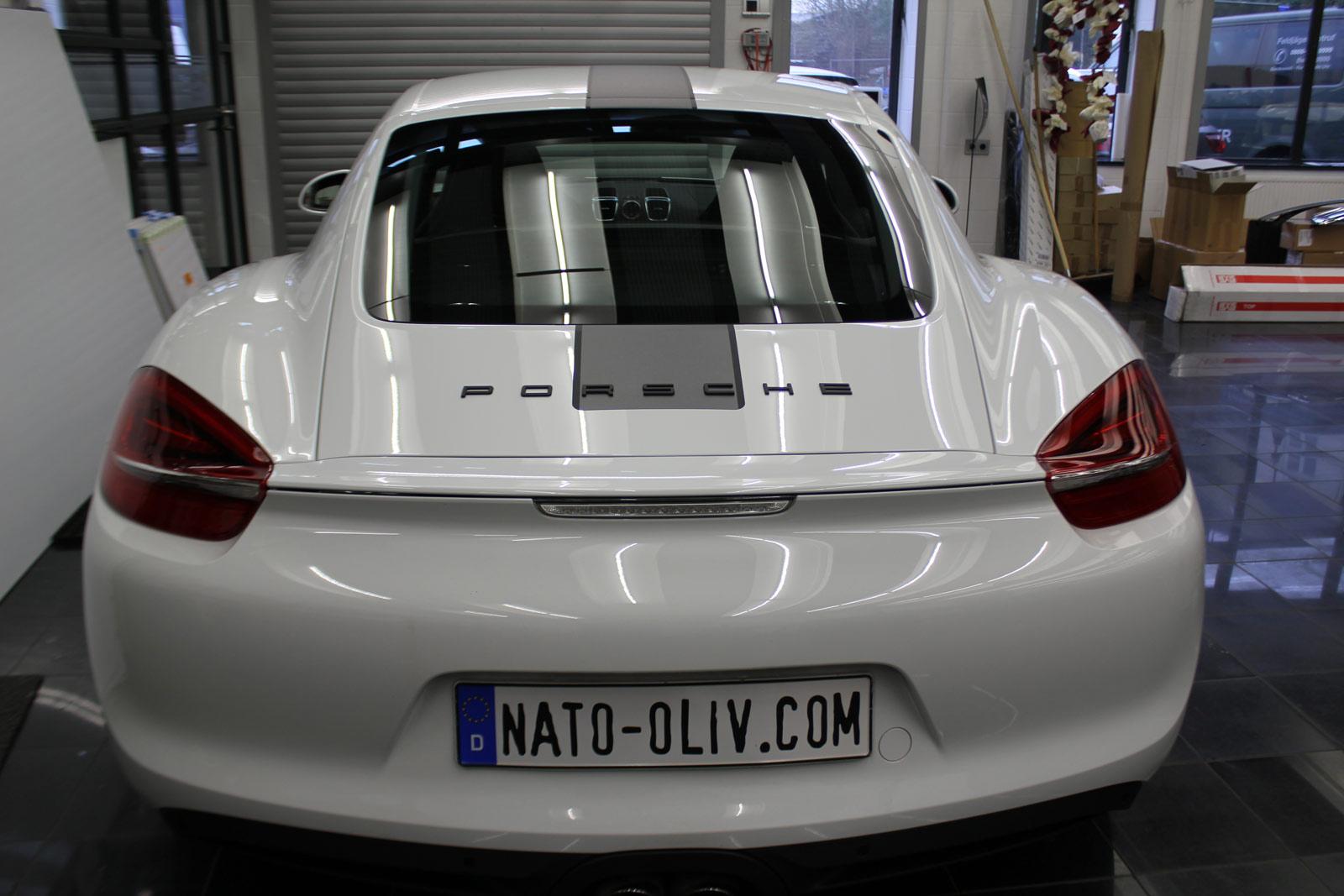 Porsche_Cayman_2014_weiss_Rallyestreifen_gunmetal_metallic_matt_mit_schwarz_matt_03