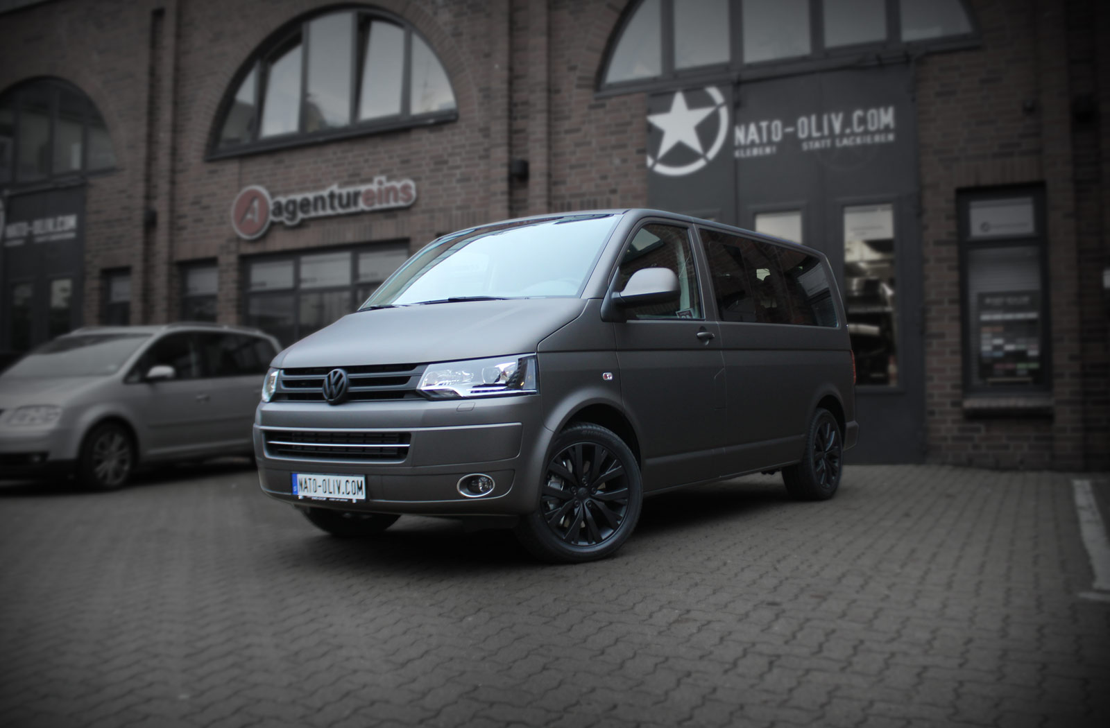VW T5 Multivan mit Fahrradträger Schutzfolie und kompletter Folierung in Charcoal matt metallic.
