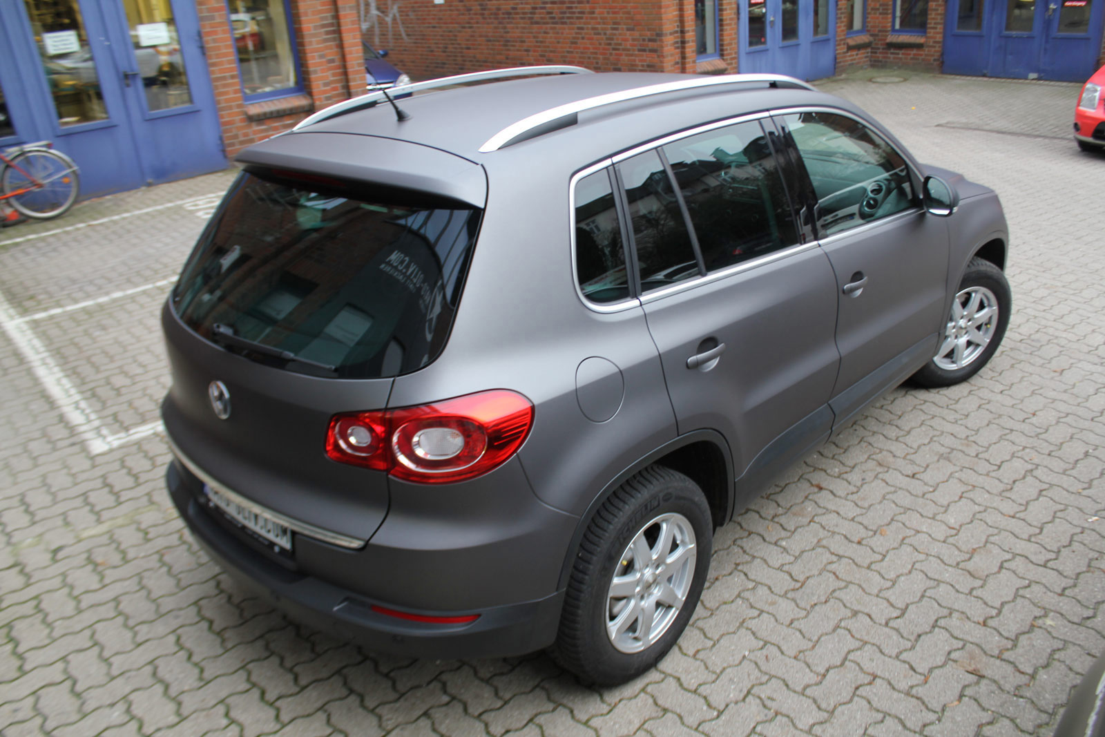 Heckansicht des VW Tiguan foliert in Anthrazit matt metallic.