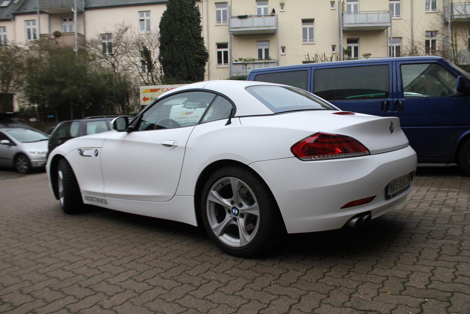 Heckansicht des BMW Z4 in weiss matt foliert.