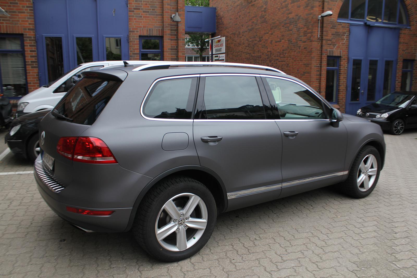 schraege Heckansicht des mit Folie in anthrazit metallic matt beklebten VW Touareg