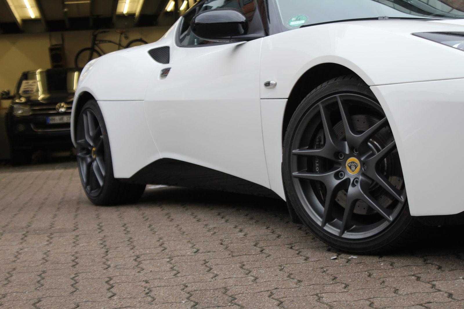 Die schwarz folierten Schweller des Lotus Evora S im Sports Racer Design.
