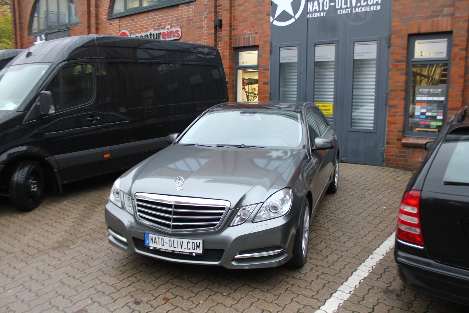Mercedes_E-Klasse_foliert_anthrazit_glaenzend_12
