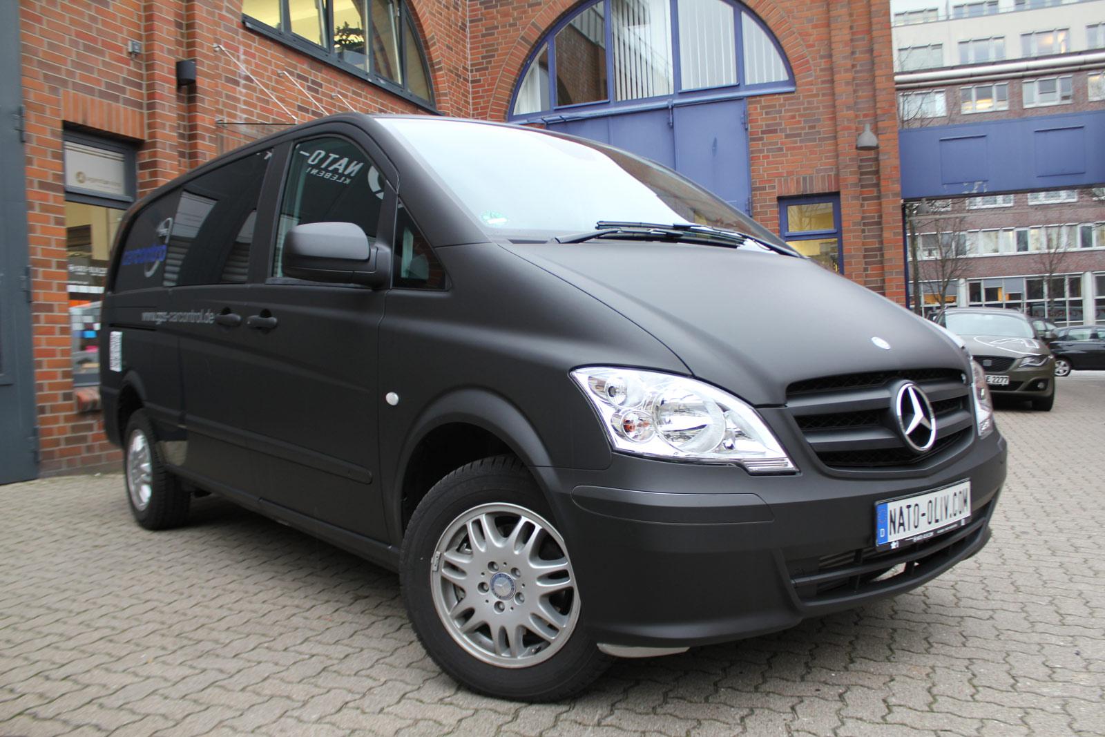 Schwarz matt folierter Mercedes Vito mit Beschriftung für CarControl.