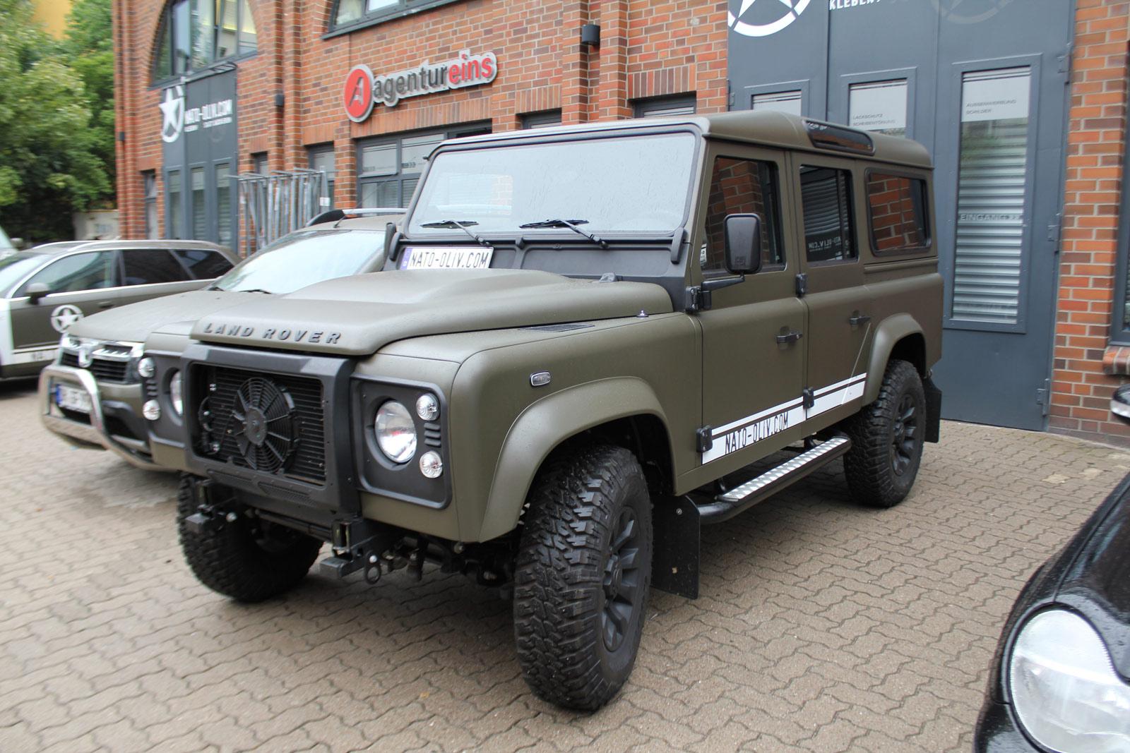 Schwarz matte Sprühfolie wurde bei diesem Land Rover Defender verwendet.