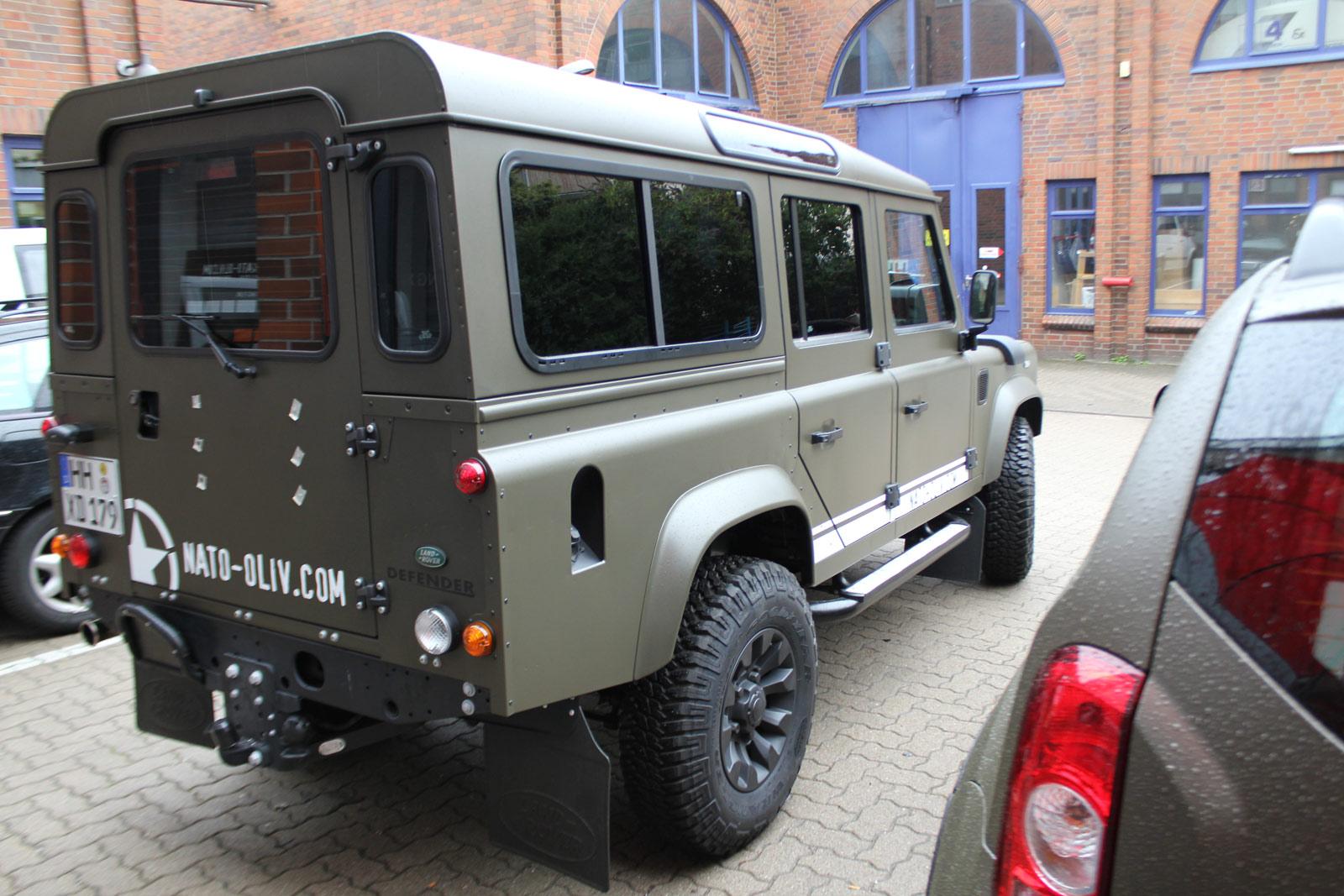 Land Rover Folierung in Nato-Oliv und schwarz matter Sprühfolie.